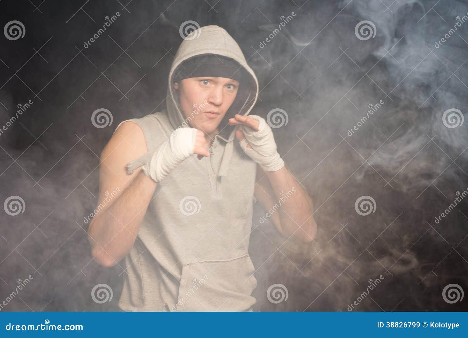 Серьезный молодой боксер балуя для боя