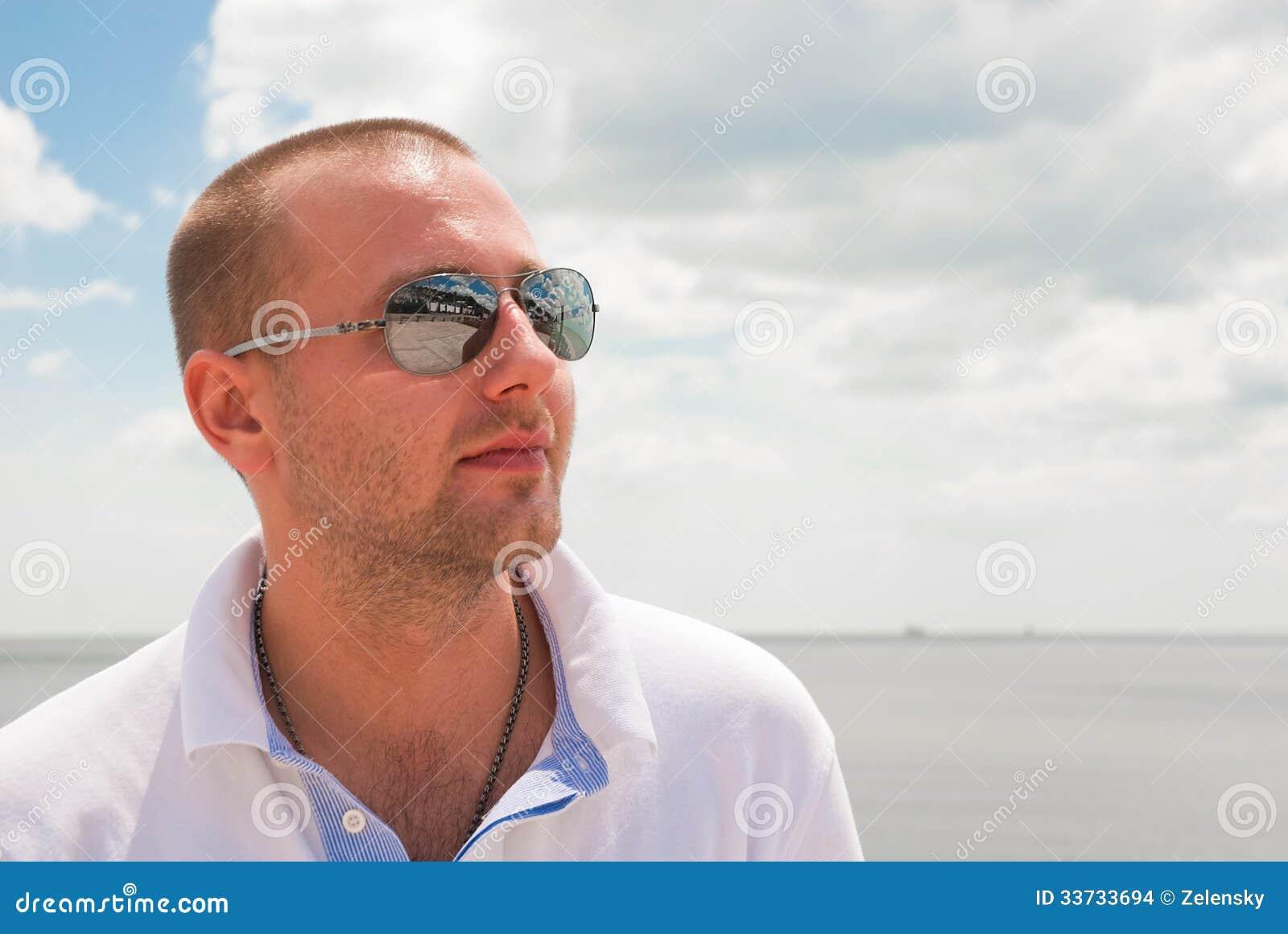 Серьезный человек против голубого неба