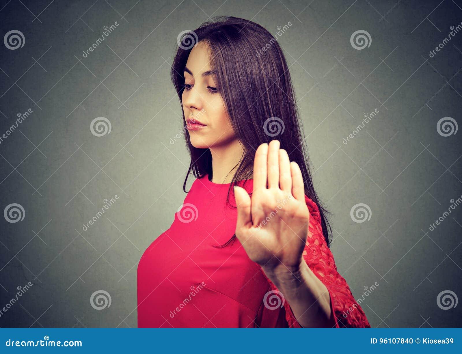 Сердитая обиденная молодая женщина давая беседу к жесту рукой