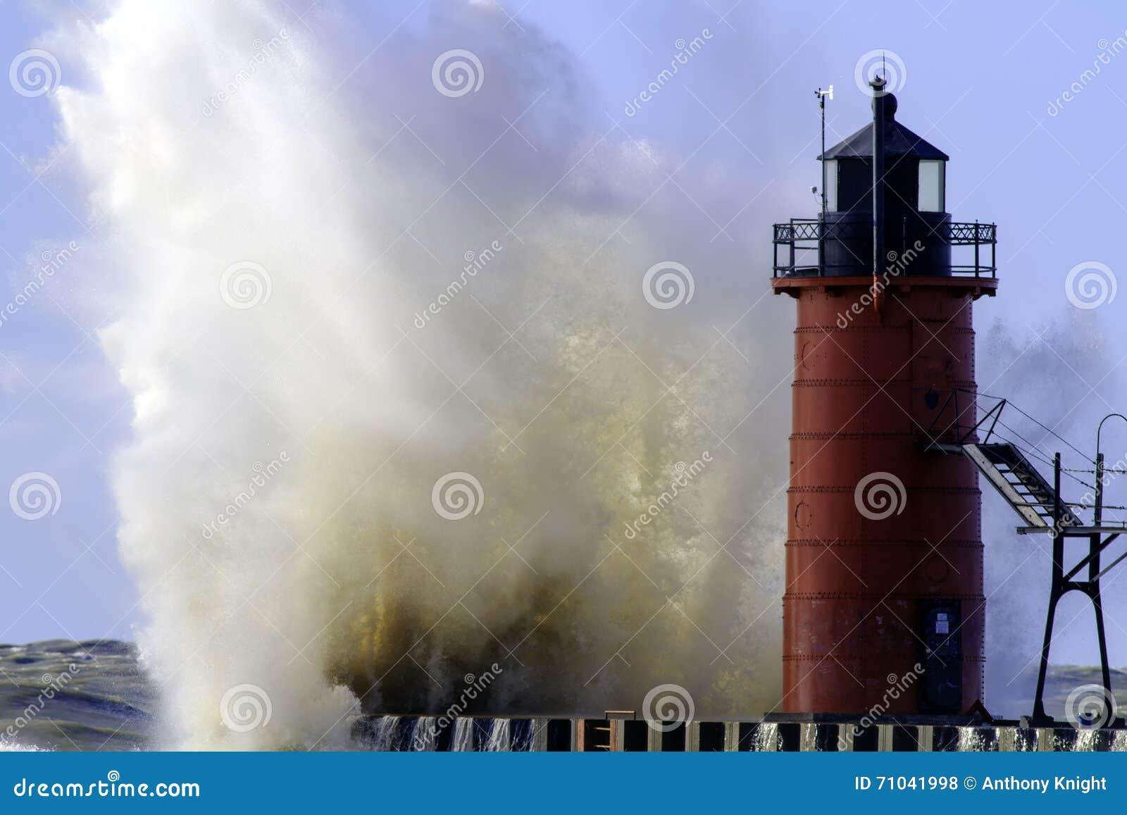 Сердитые Lake Michigan и маяк