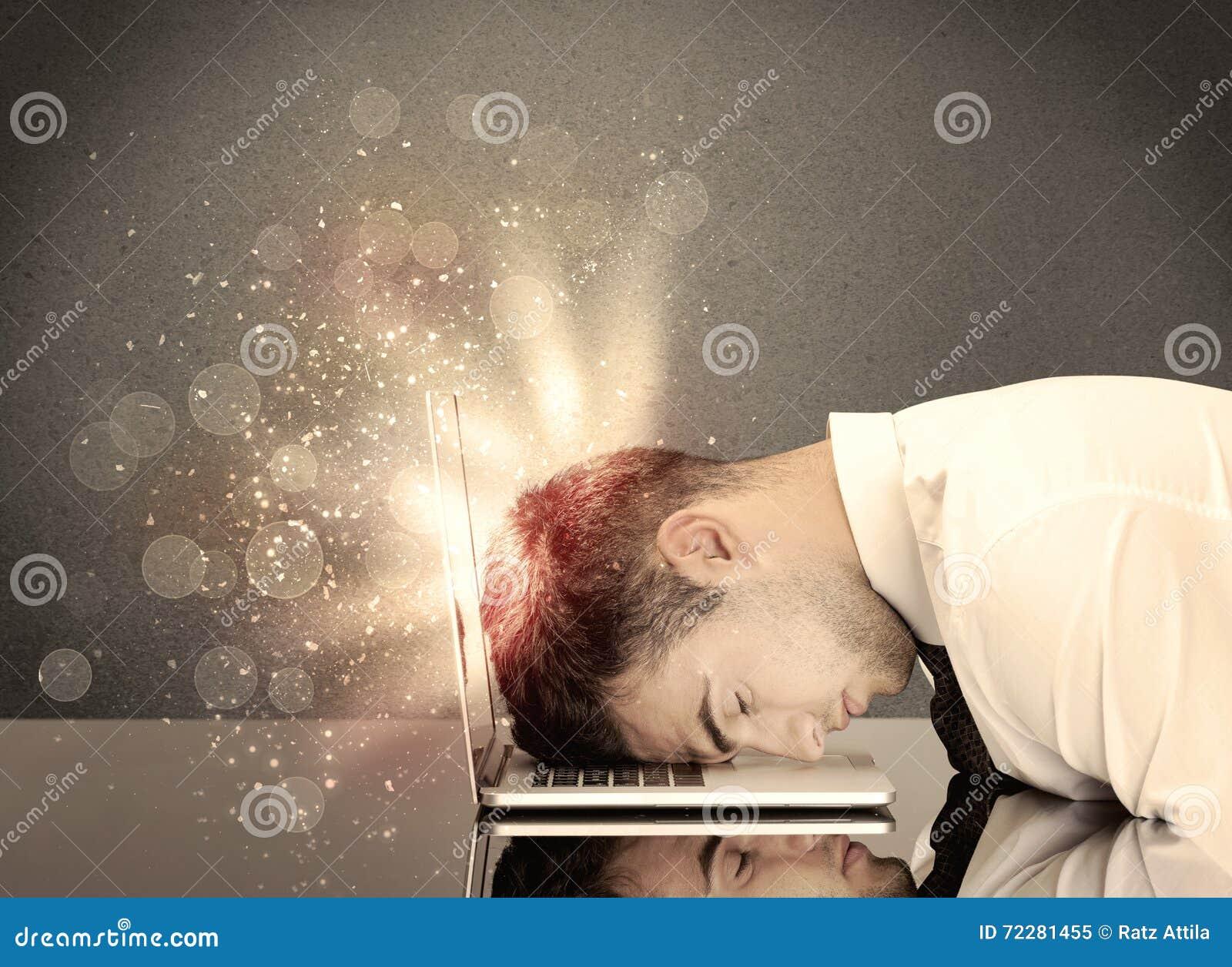 Download Сердитый бизнесмен с светами и клавиатурой Стоковое Изображение - изображение насчитывающей кавказско, бизнесмен: 72281455