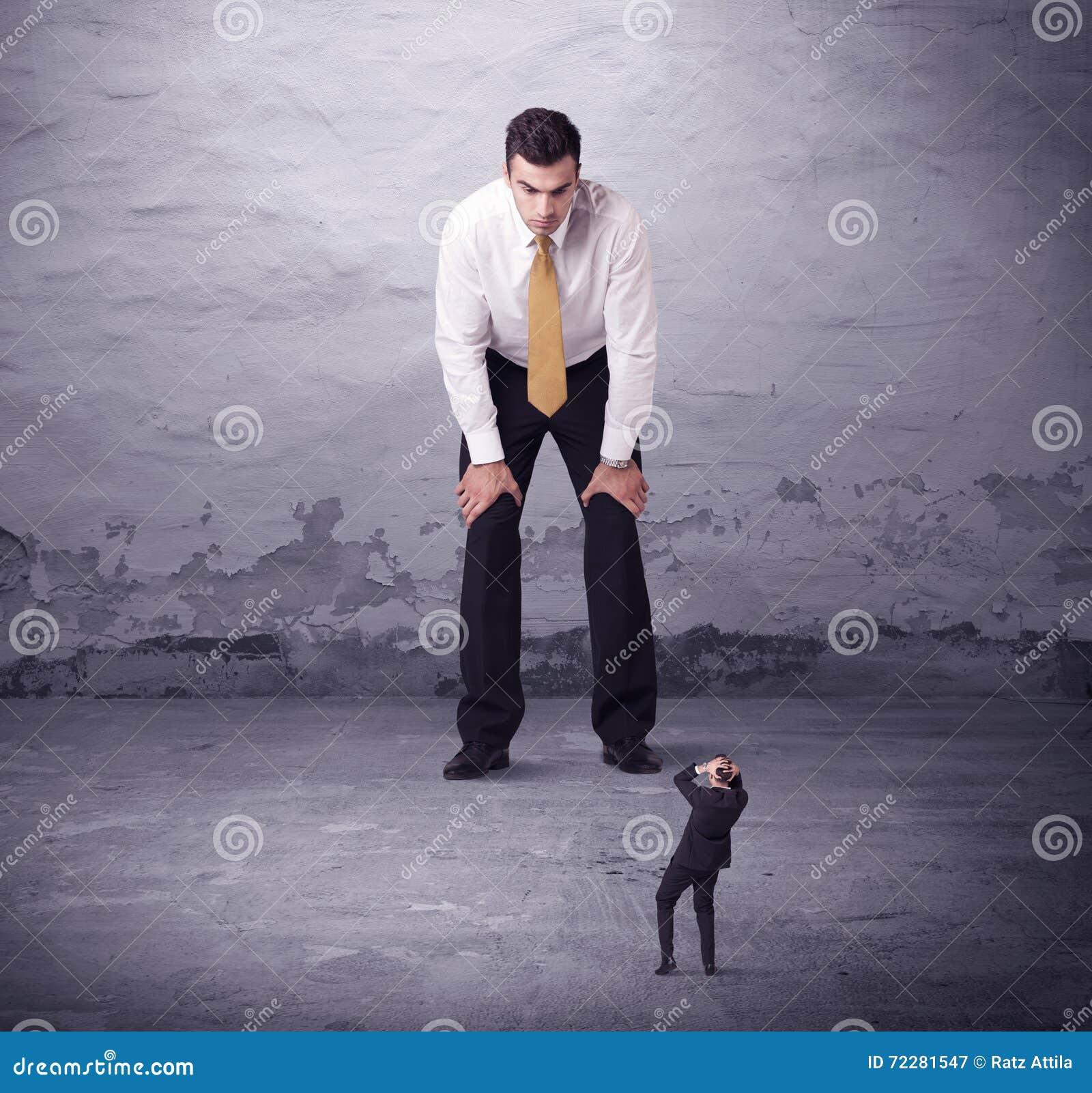 Download Сердитый большой менеджер смотря человека мелкого бизнеса Стоковое Изображение - изображение насчитывающей страх, бой: 72281547