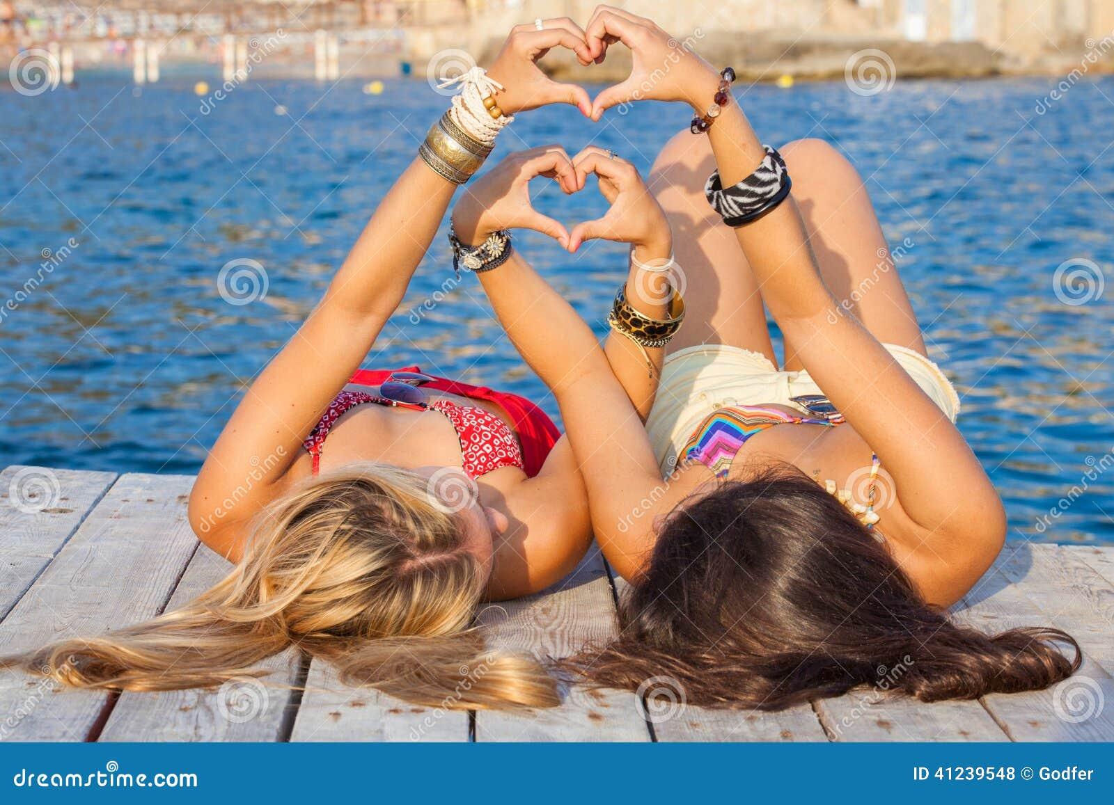 Две девушки на отдыхе фото