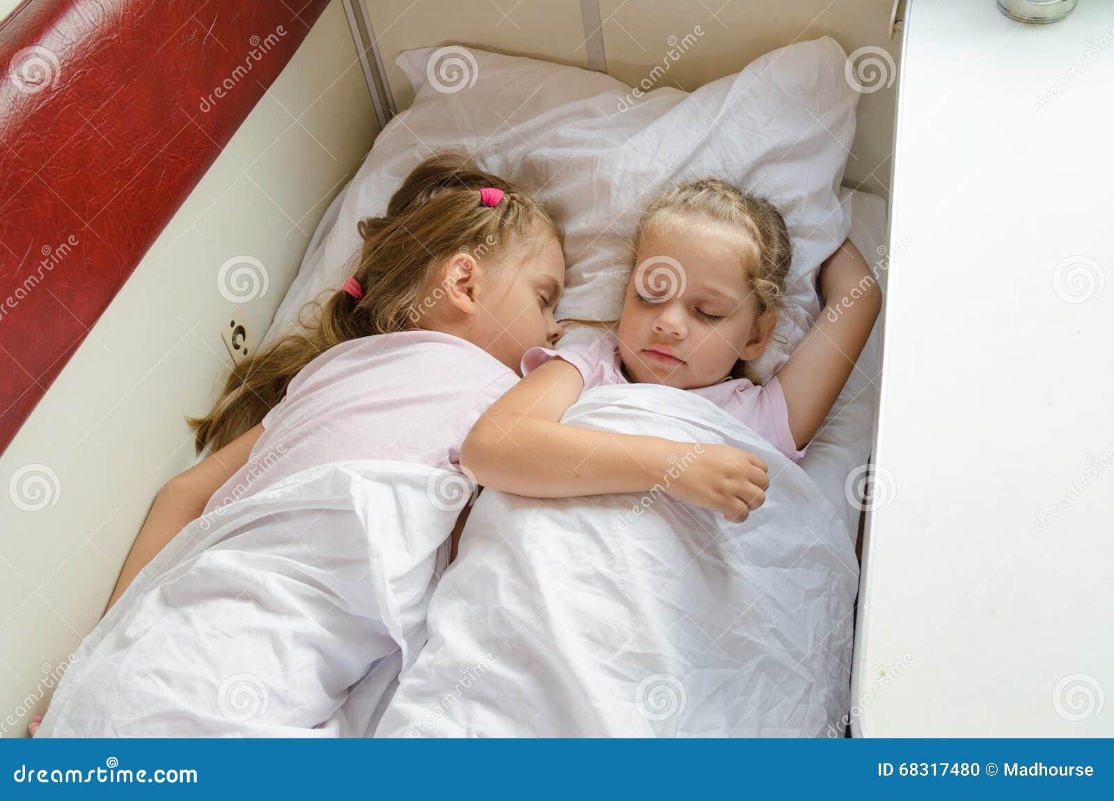 Сестра крепко спит, Брат трахнул младшую сестру пока она спит 30 фотография