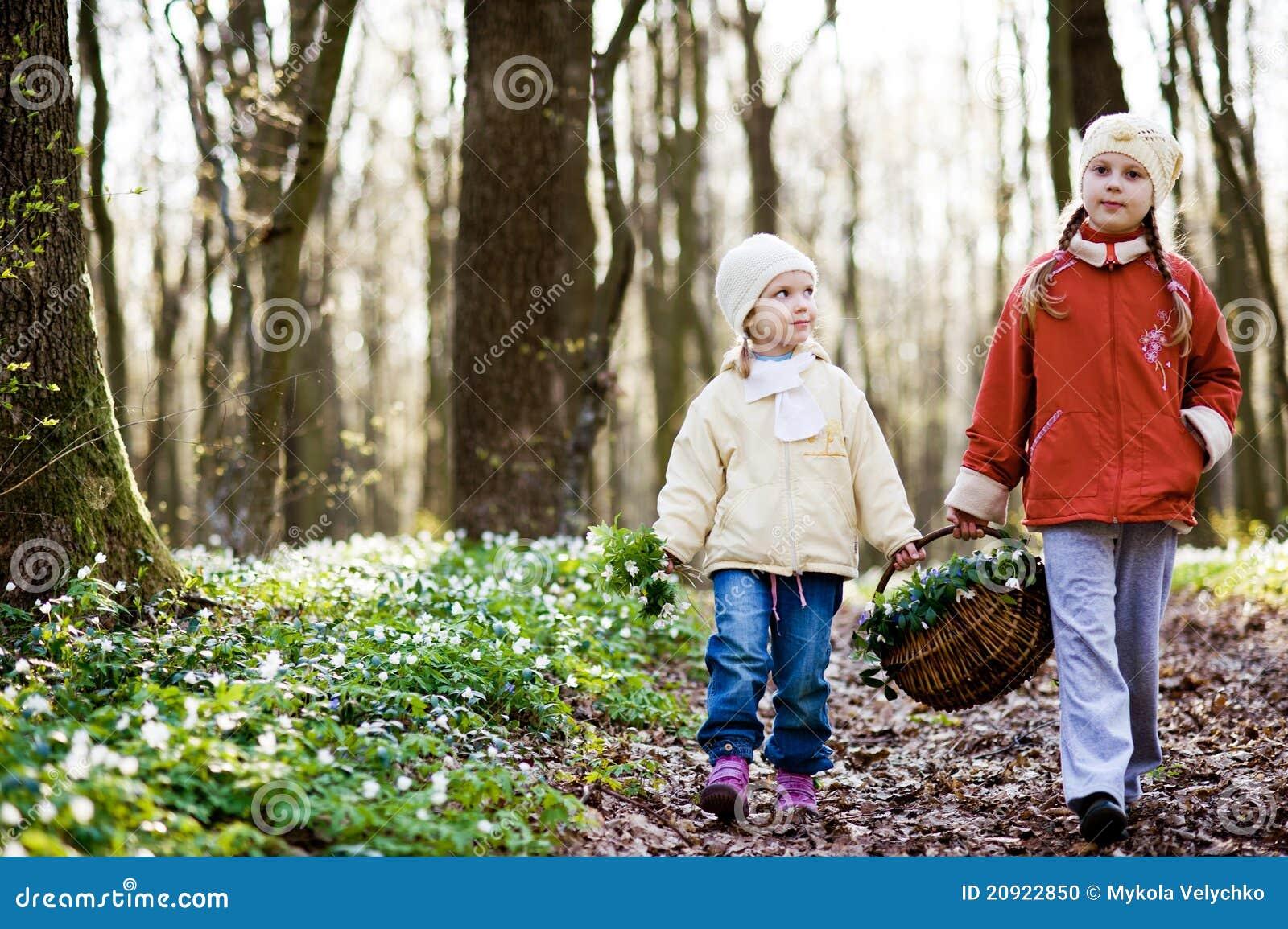 С сестрой в лесу 19 фотография