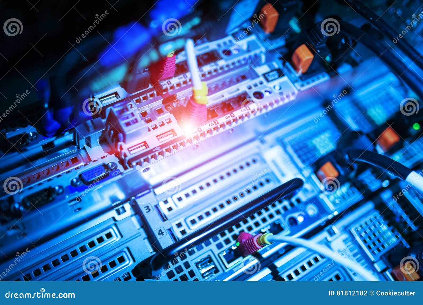 Сетевые серверы в комнате комнаты данных отечественной