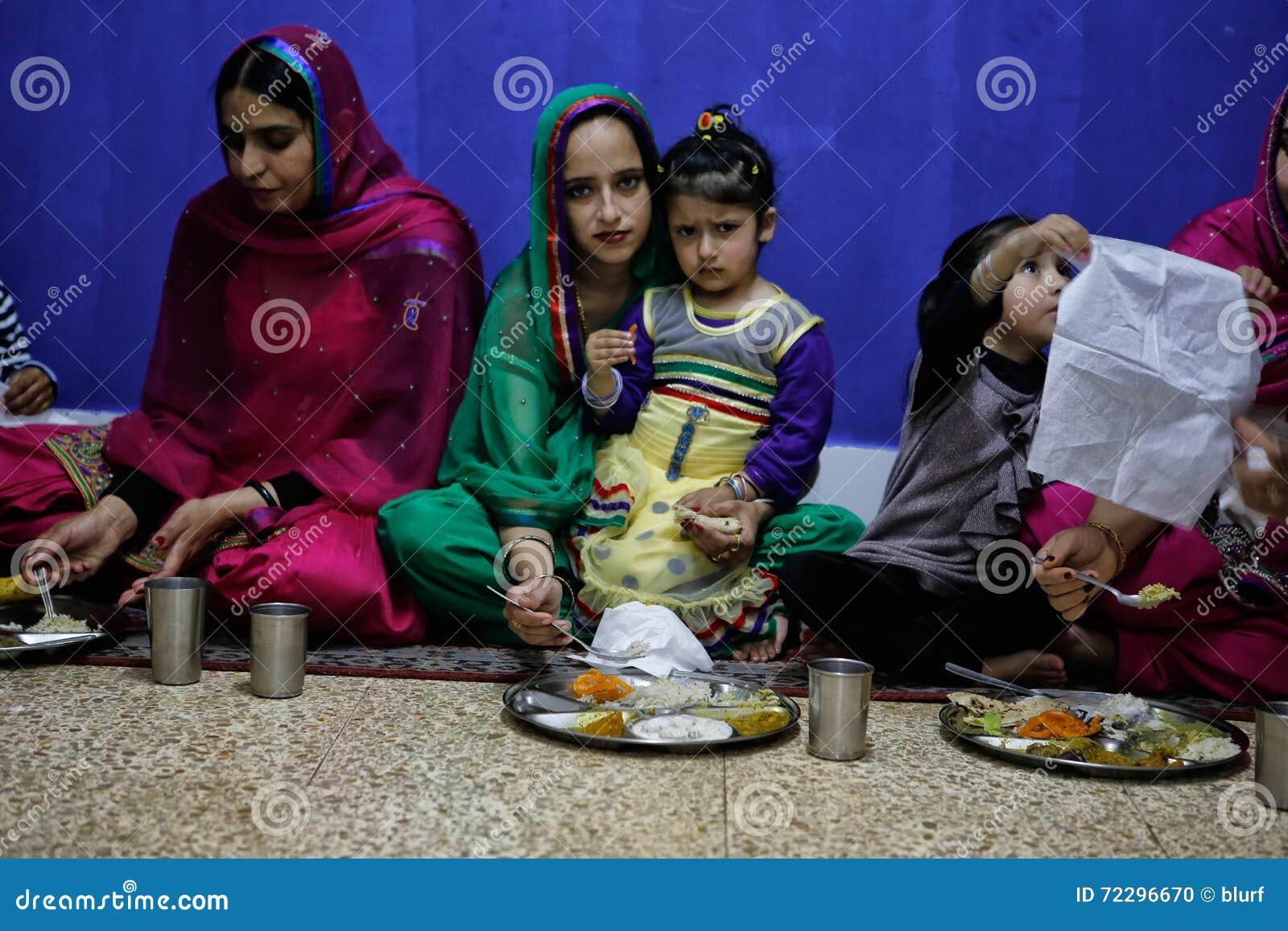 Download Сикхская женщина и дочь во время обедающего Редакционное Изображение - изображение насчитывающей mass, пока: 72296670