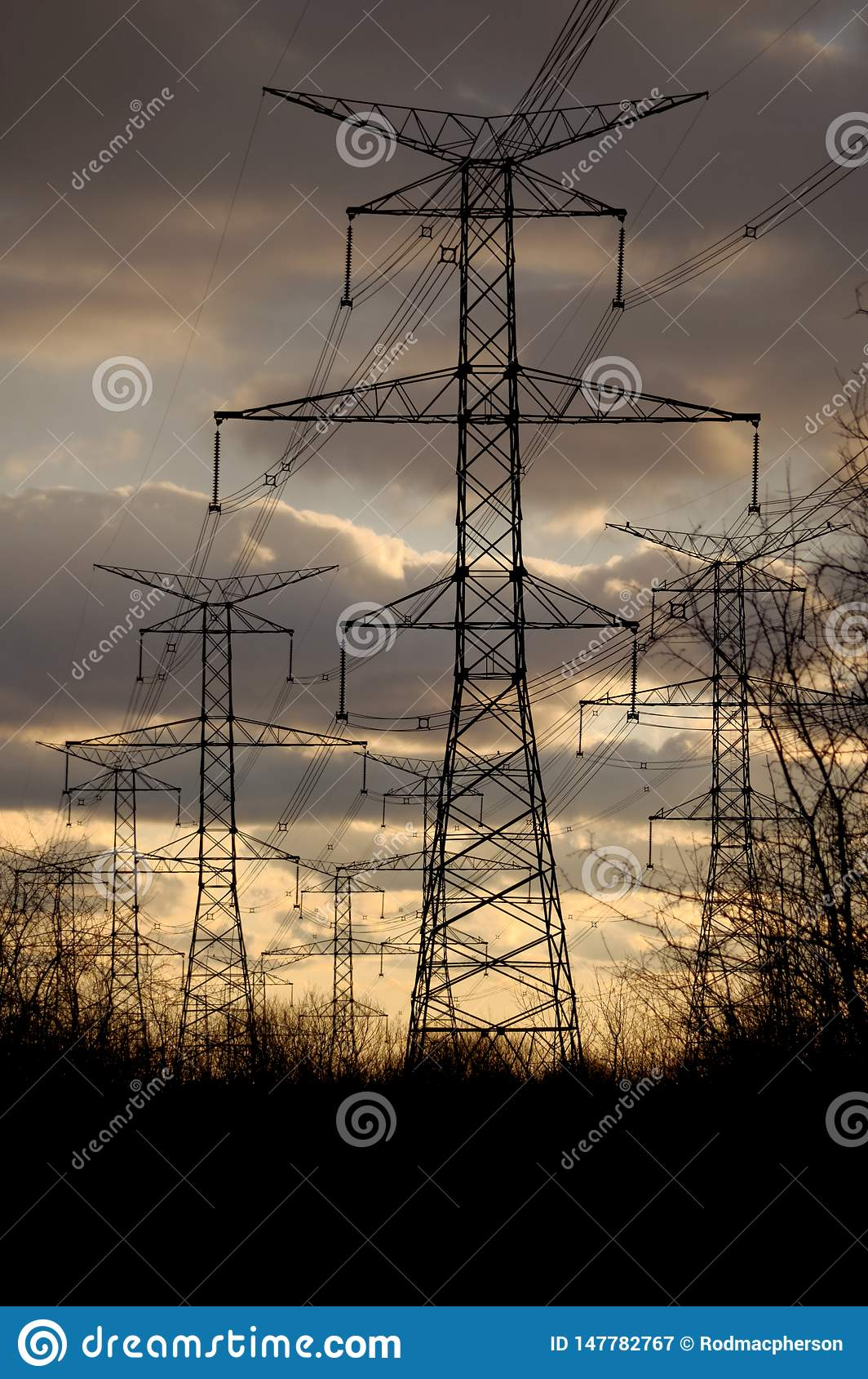 Сила - опоры и линии электричества на заходе солнца