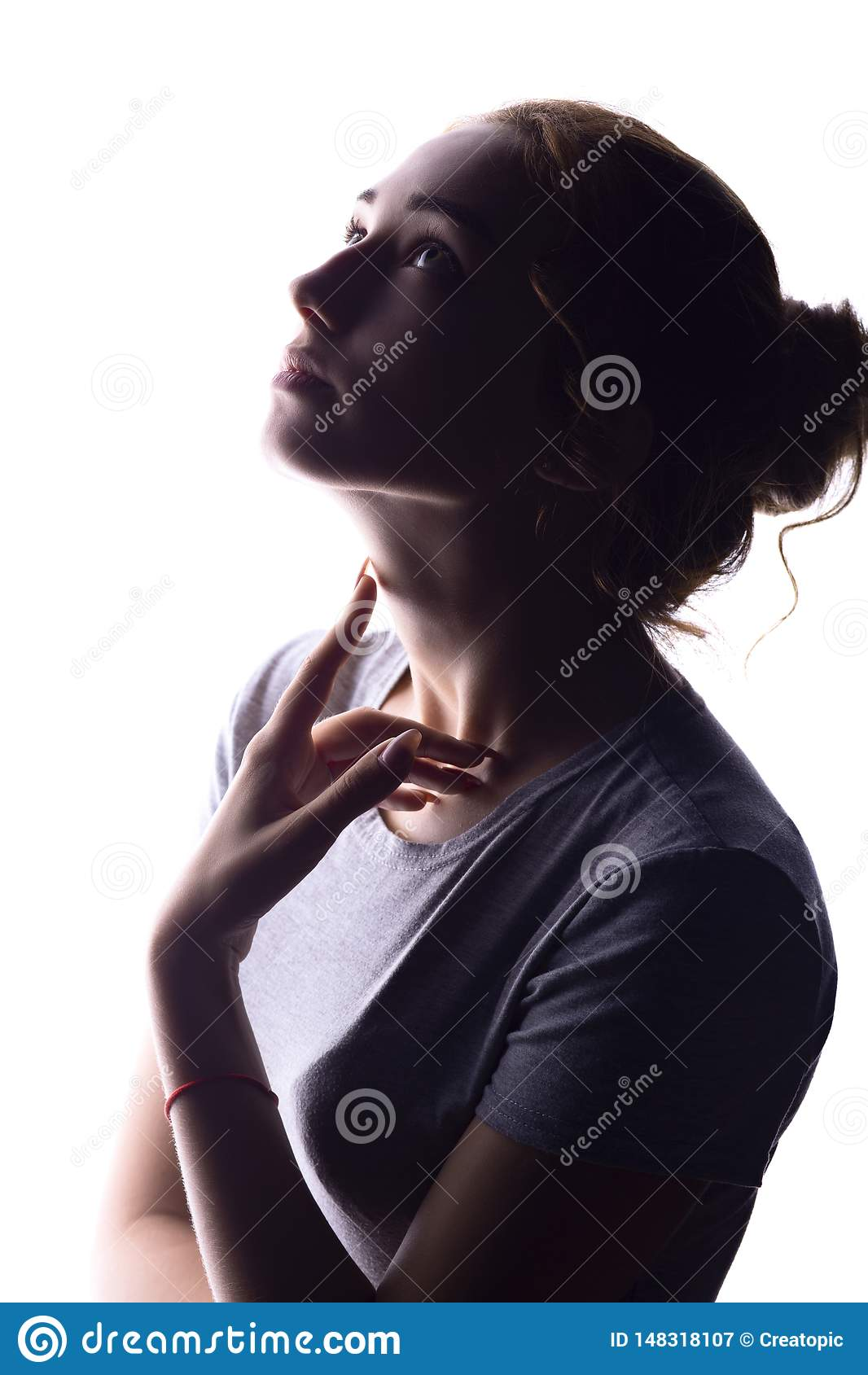 Силуэт диаграммы красивой девушки, профиля женщины на белой изолированной предпосылке, концепции красоты и моды