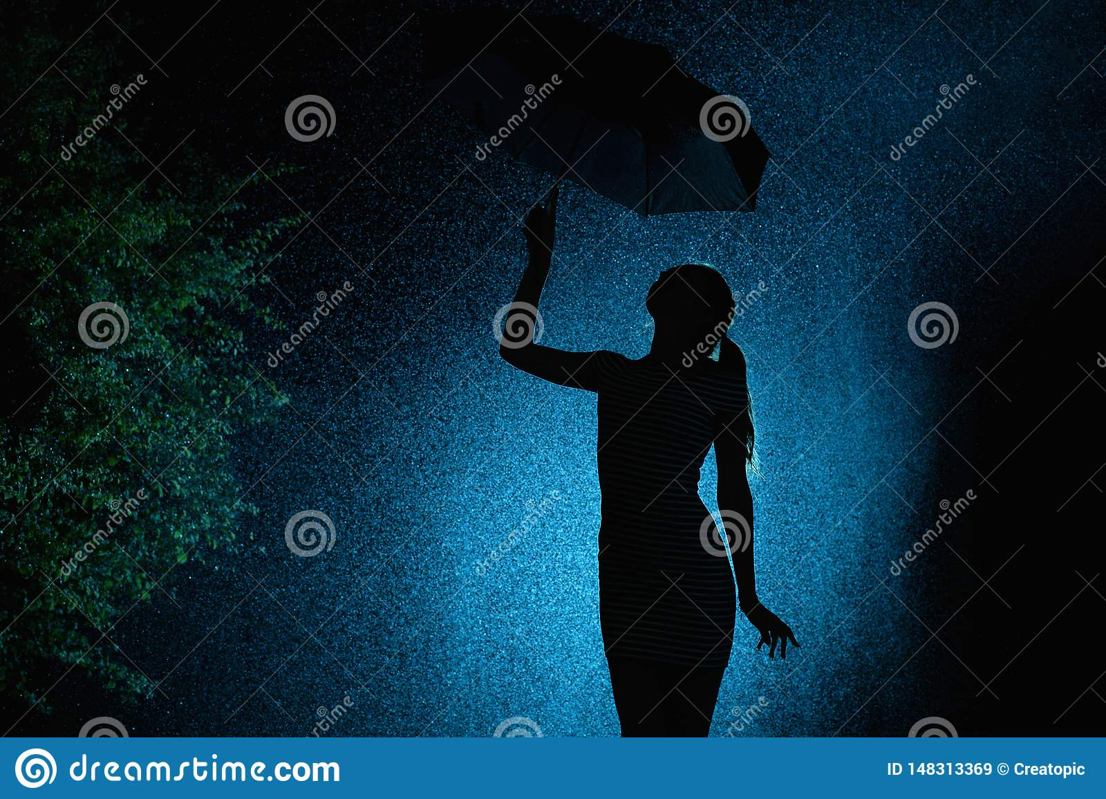 Силуэт диаграммы маленькой девочки с зонтиком в дожде, молодая женщина с отборными волосами счастлив к падениям