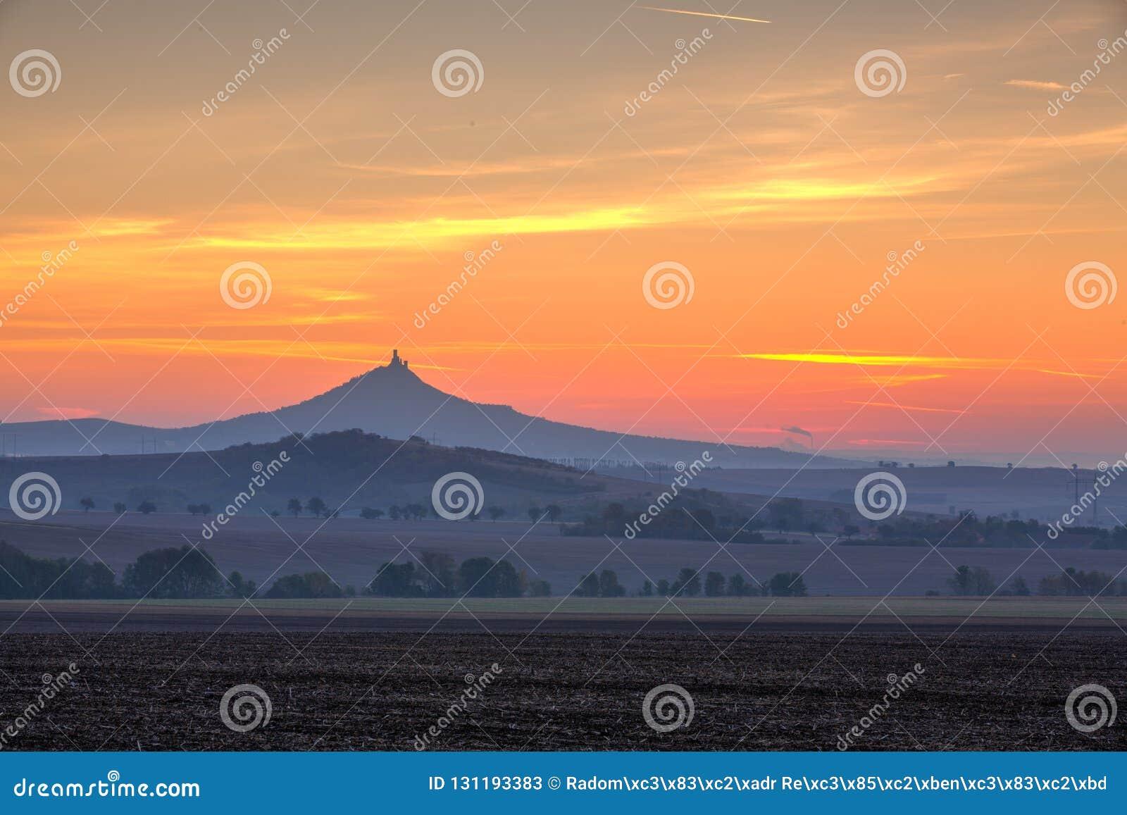 Силуэт замка Hazmburk на восходе солнца взгляд городка республики cesky чехословакского krumlov средневековый старый