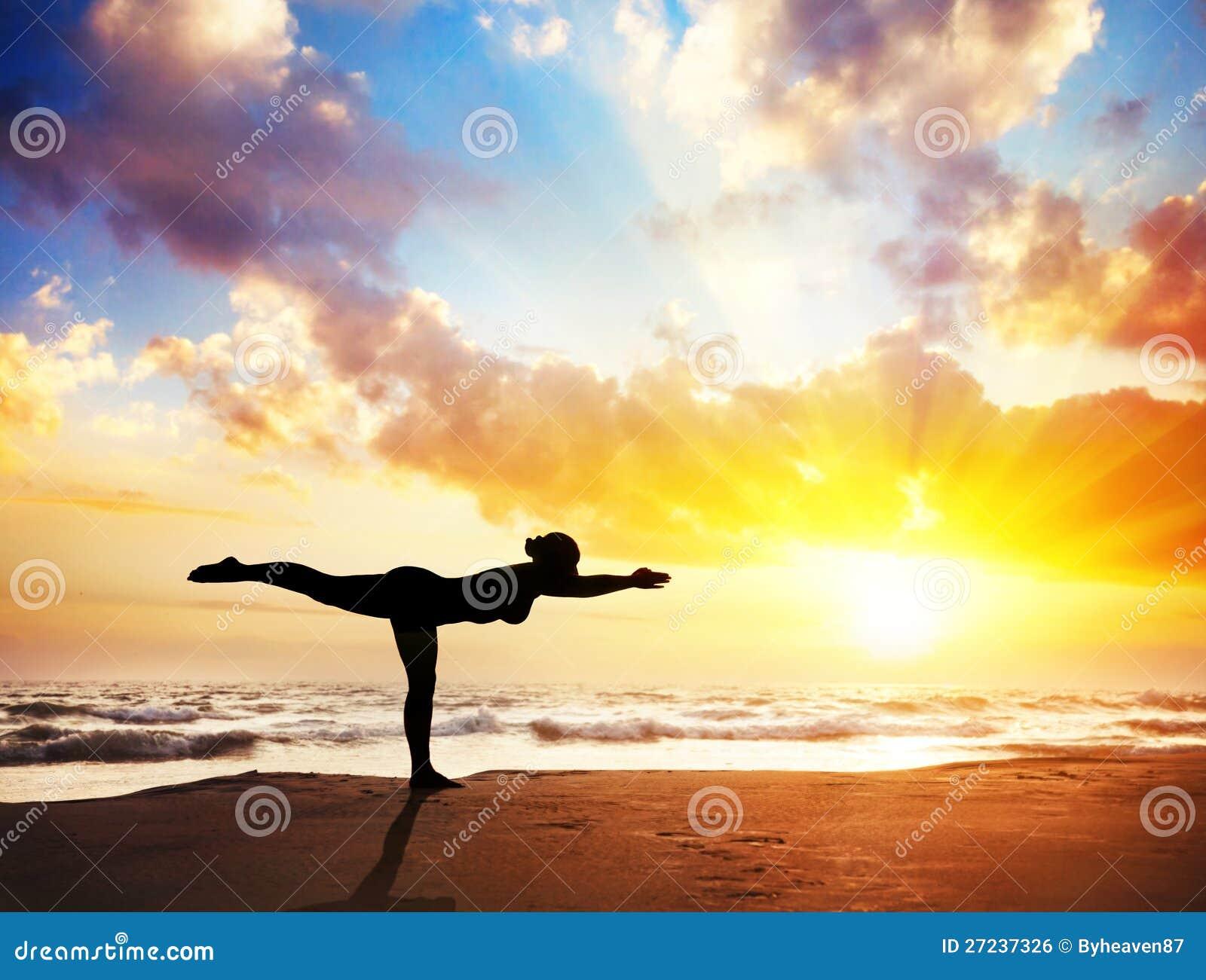 Силуэт йоги на пляже