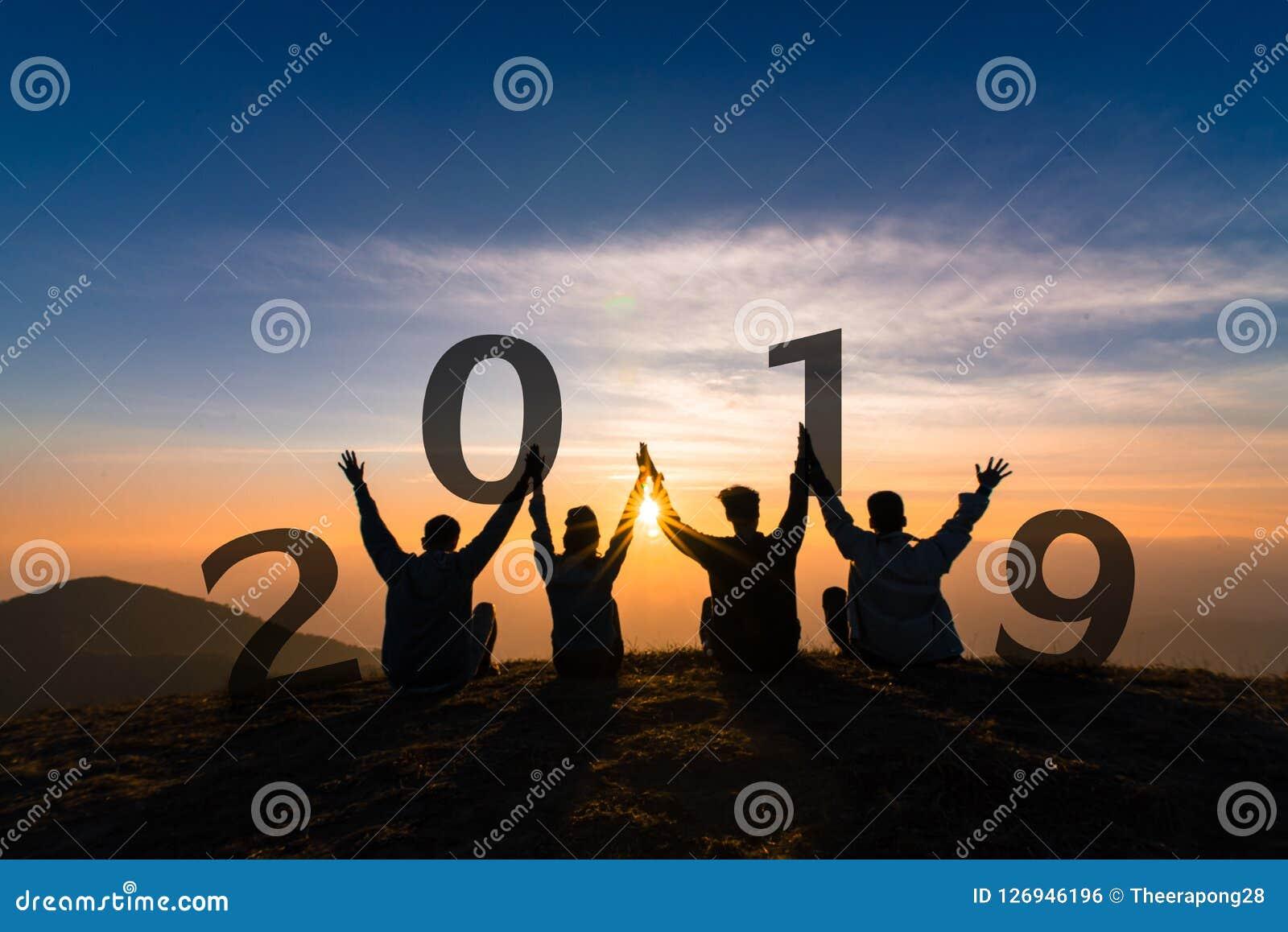 Силуэт 2019 концепции Newyear молодые скакать и руки друга