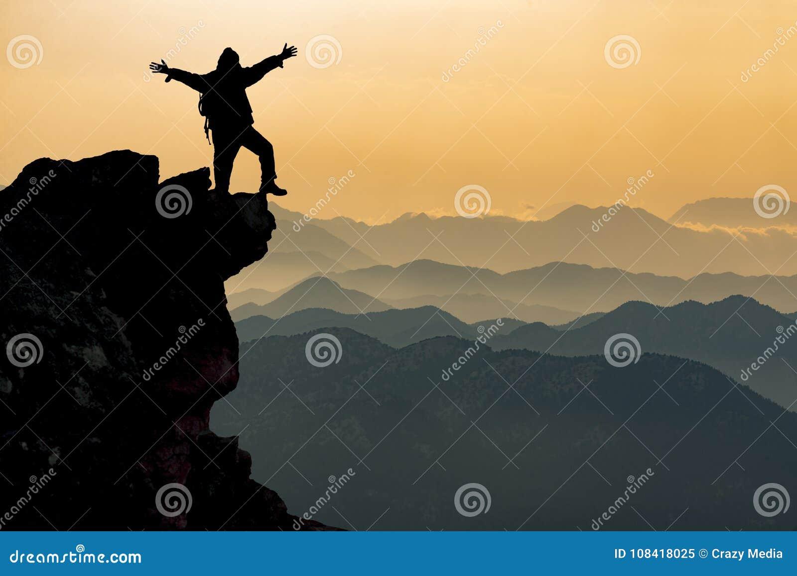 Силуэт персоны на горном пике