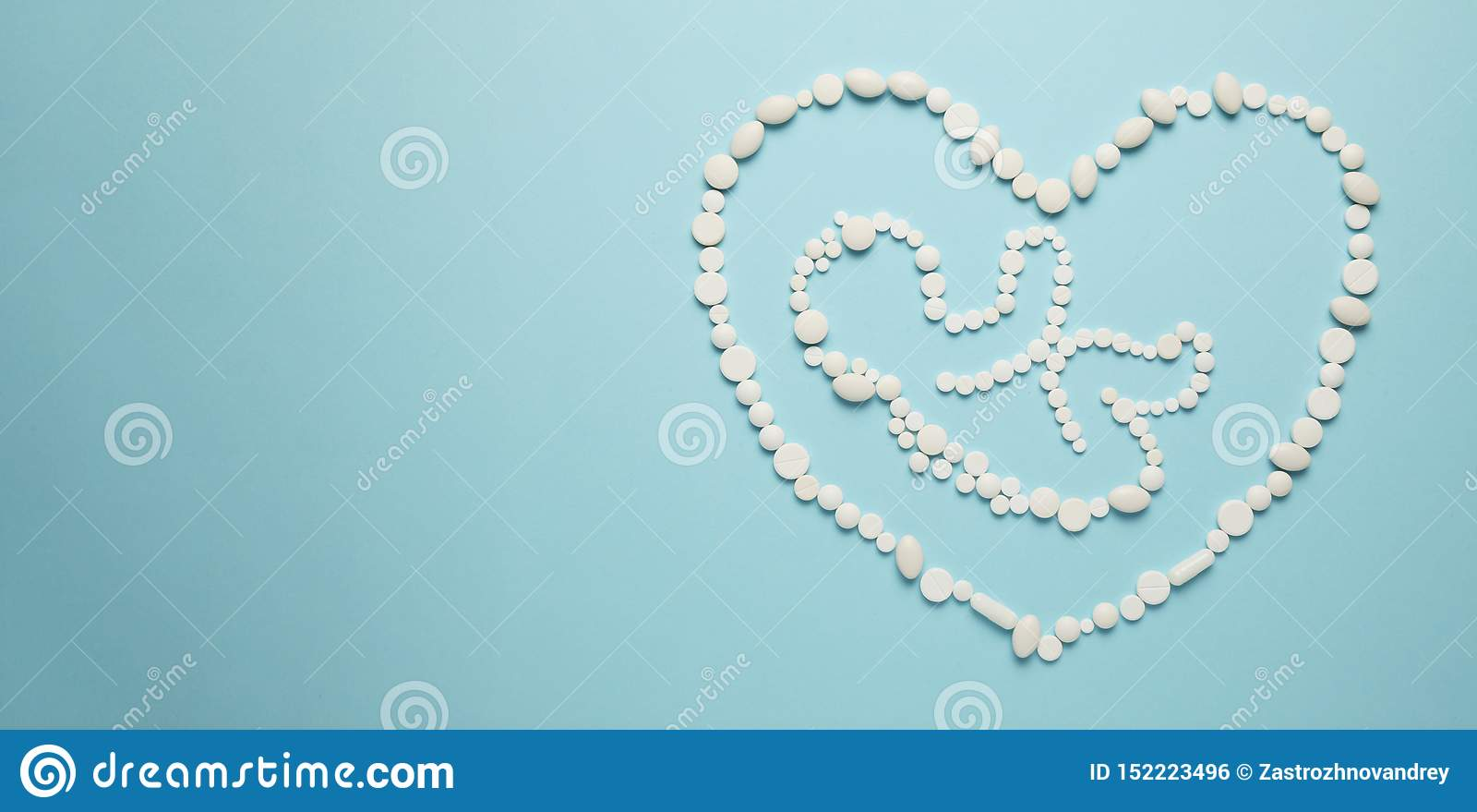 Силуэт ребенка зародыша людей в сердце белых планшетов на голубой предпосылке Обработка новорожденных, медицинское обслуживание