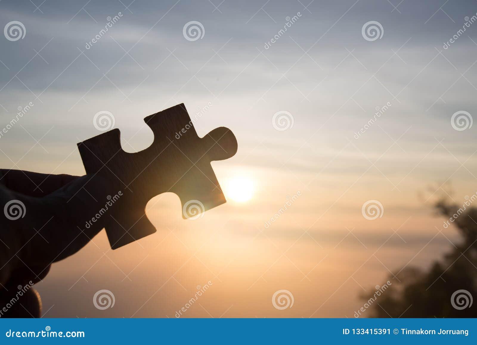 Силуэт руки держа зигзаг с предпосылкой восхода солнца Символ ассоциации и соединения Стратегия бизнеса