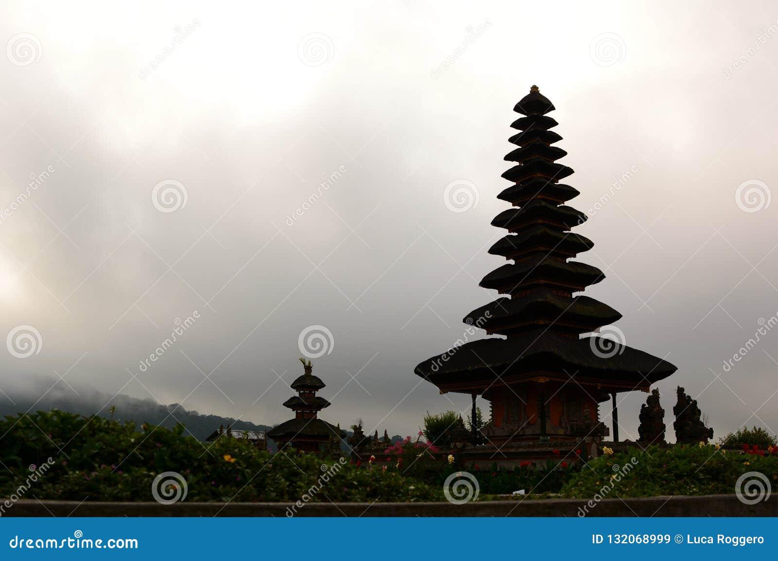 Силуэт Pura Ulun Danu Bratan Bedugul тюкованный Индонезия