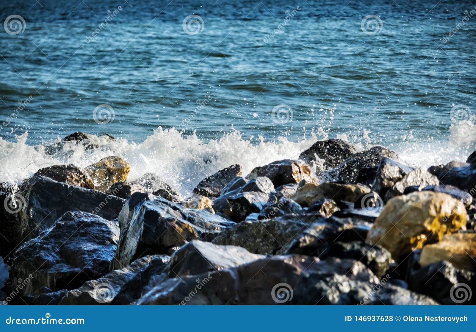 Сильная волна ударов моря на утесах