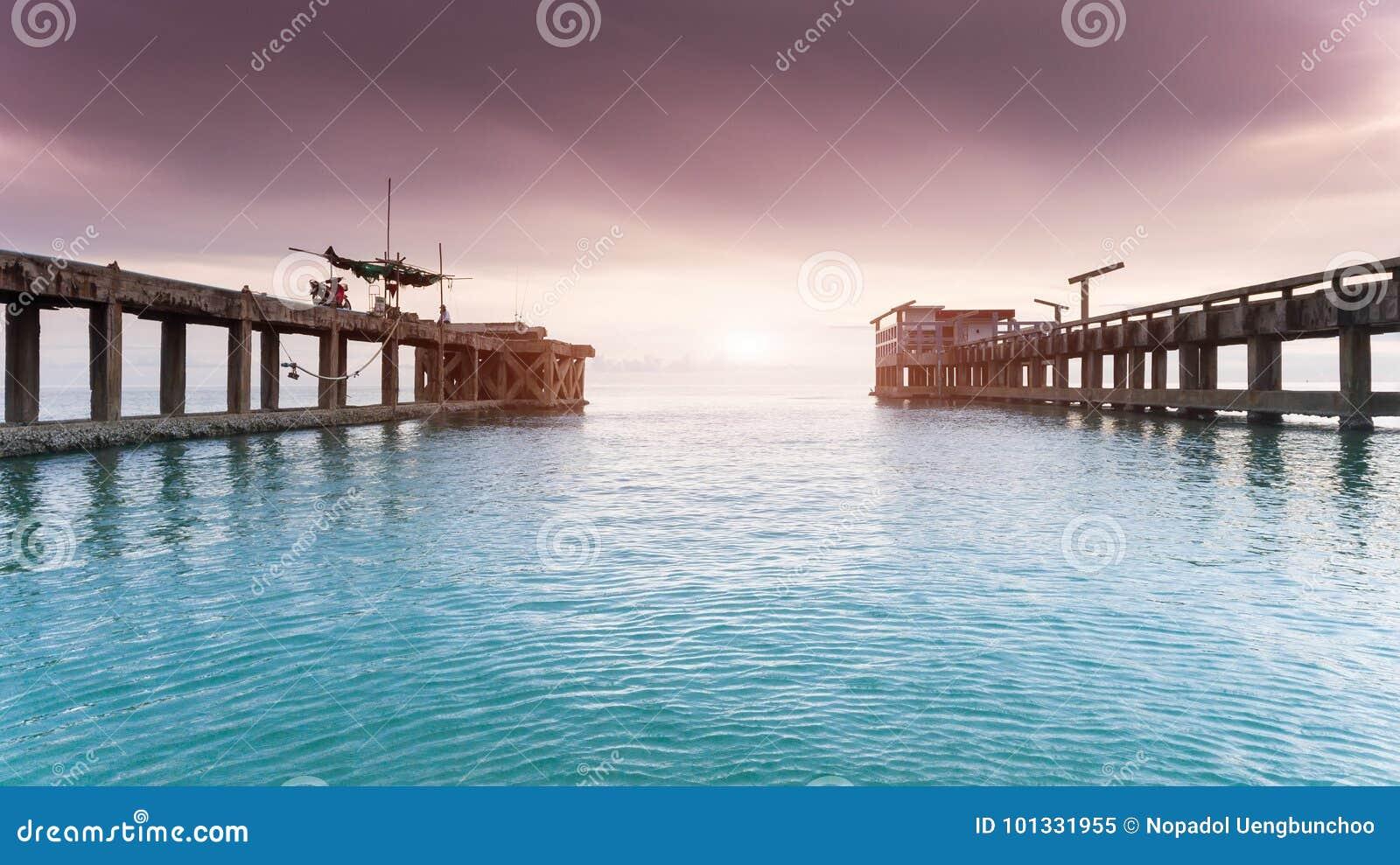 Сильный и длинный мост цемента на гавани