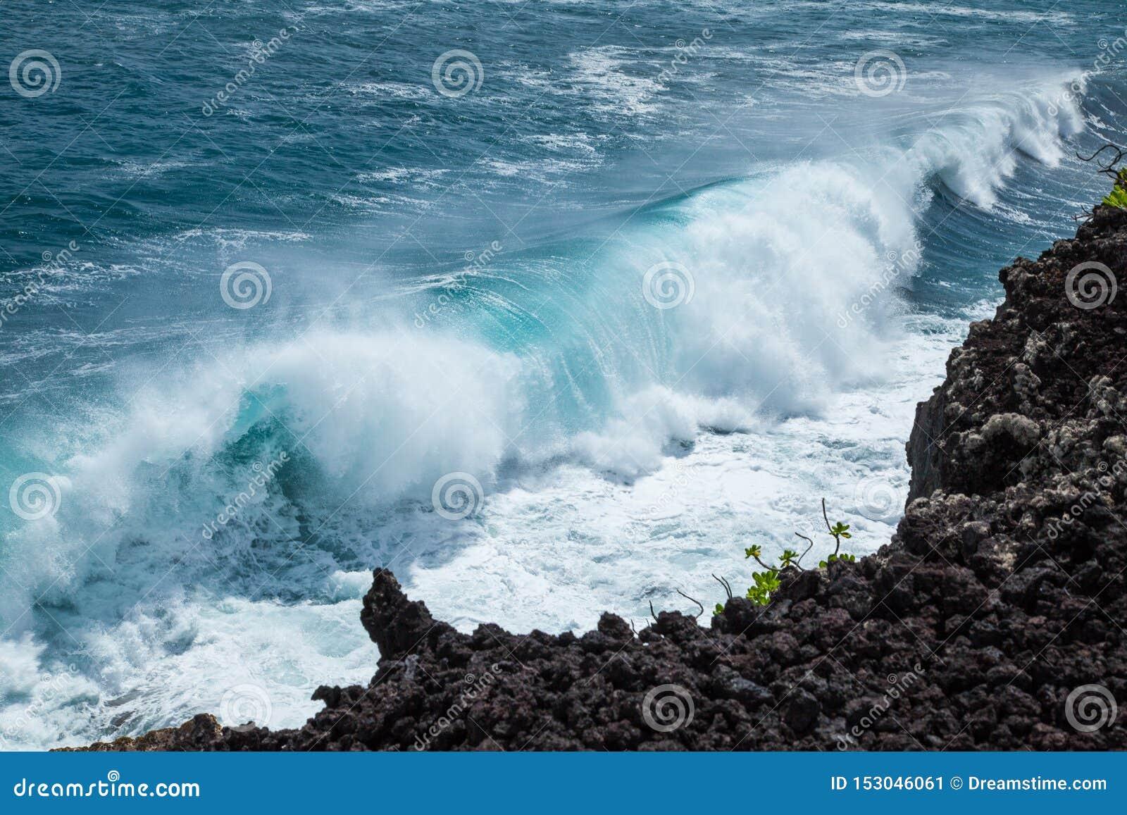 Сильный перерыв берега на волнах побережья утеса лавы Гаваи красивых ломая