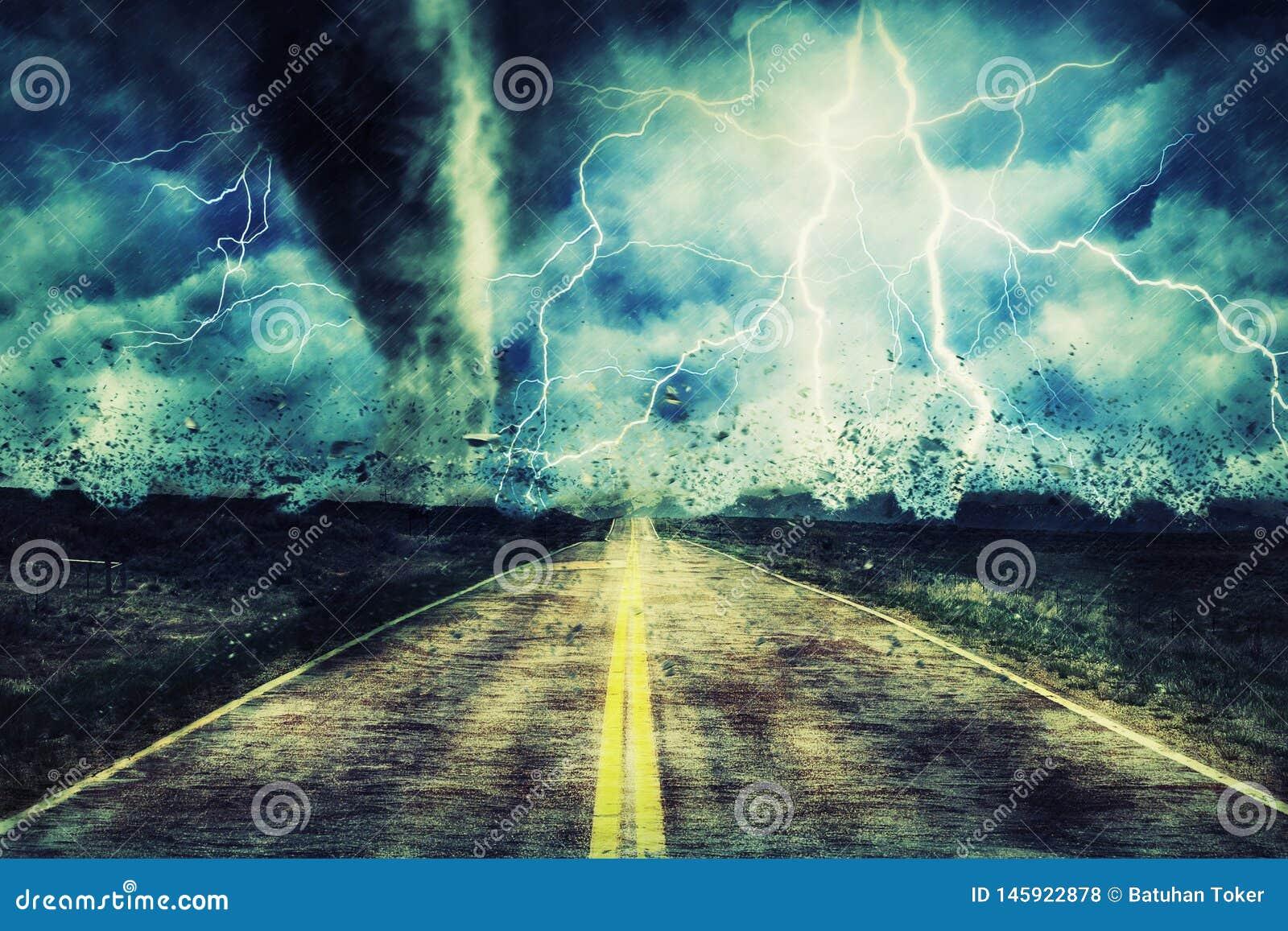 Сильный торнадо на дороге в бурном