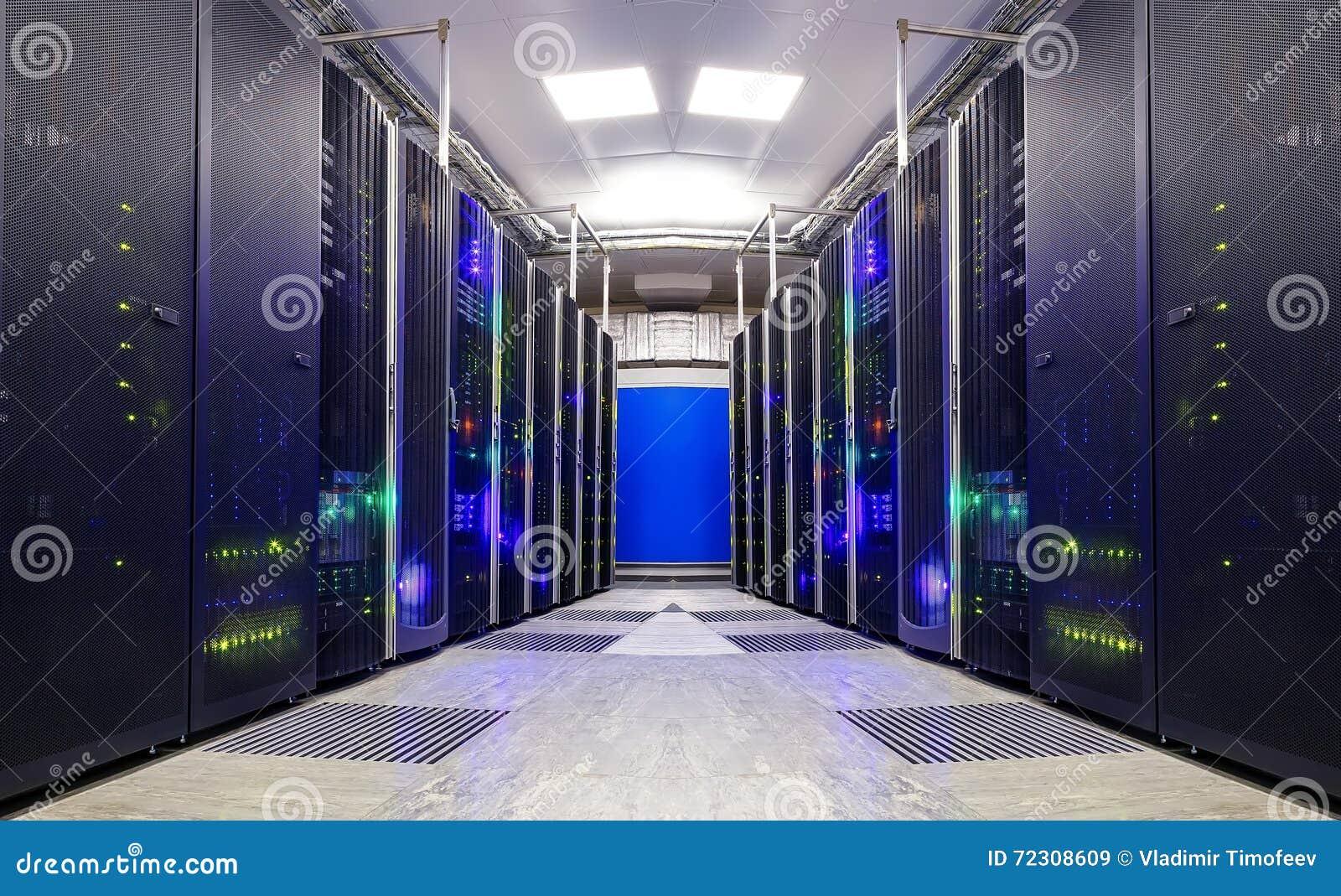 Симметричная футуристическая современная комната сервера в центре данных с