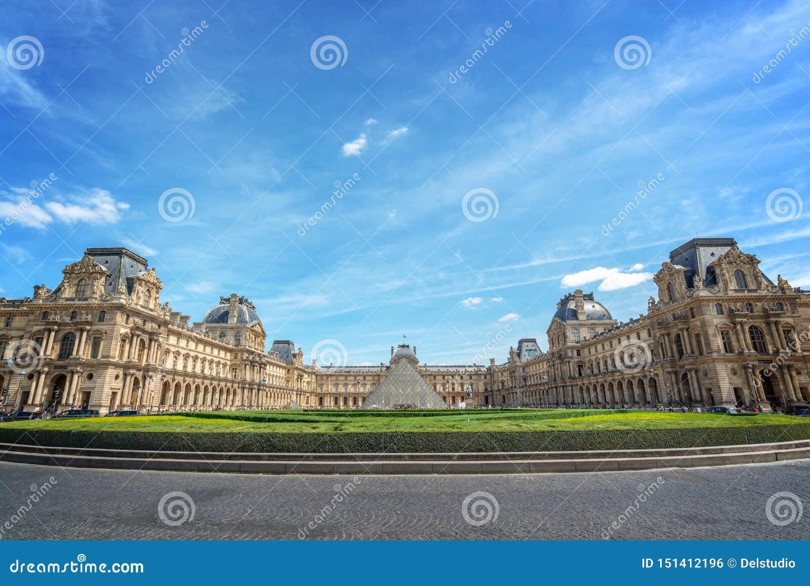 Симметричный взгляд главного двора дворца жалюзи с историческими зданиями и современной пирамидой, Парижем Францией