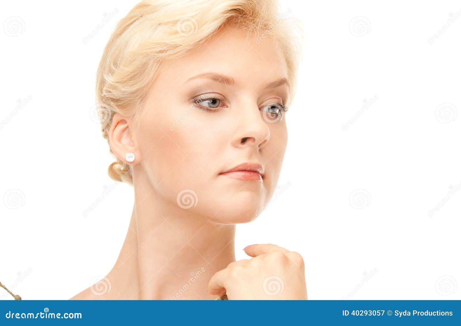 Симпатичная женщина с хворостиной