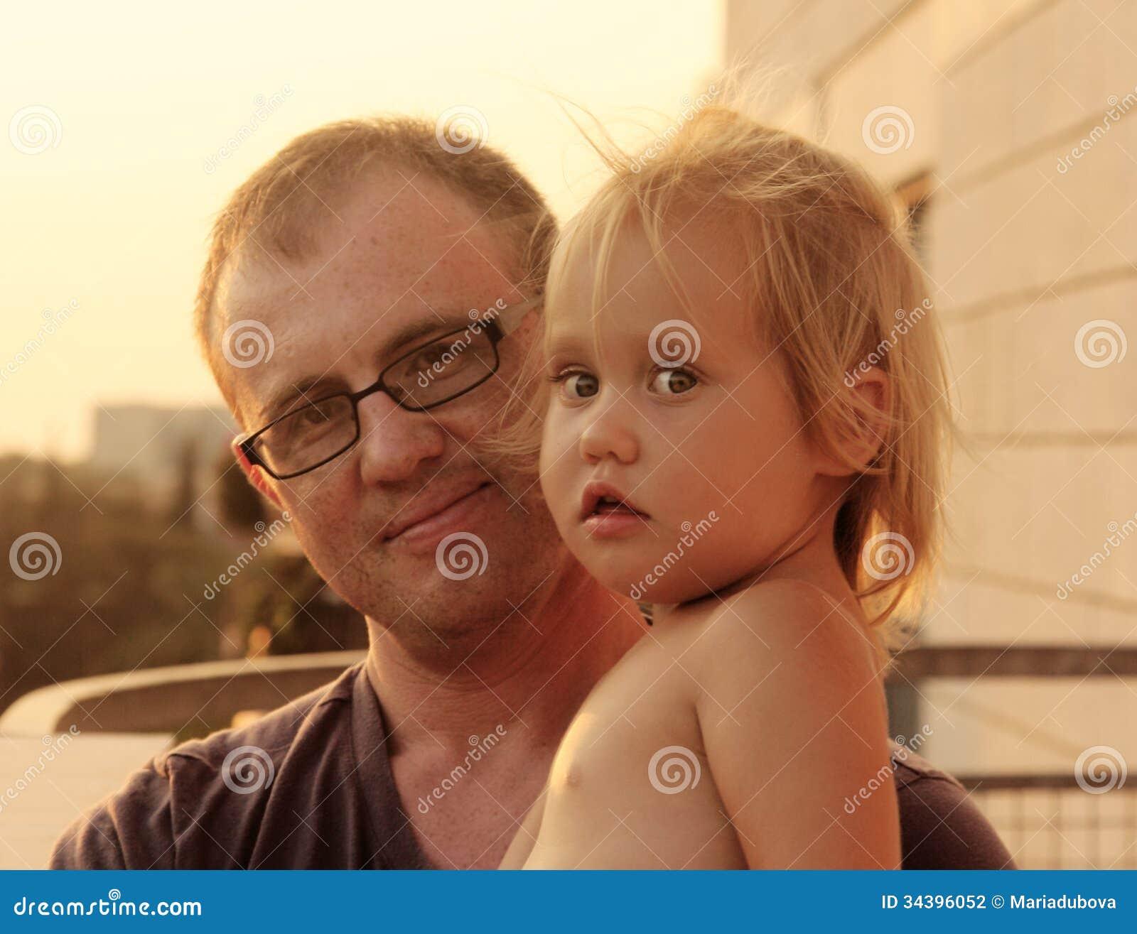 Симпатичные отец и дочь