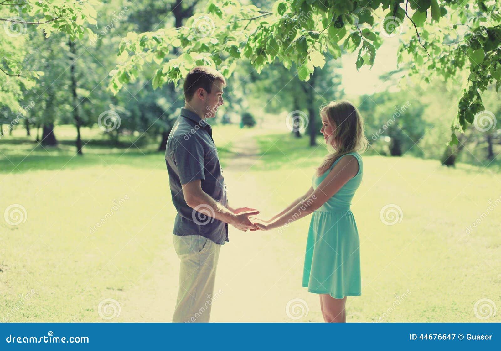Симпатичные счастливые пары в влюбленности, дате, отношениях, wedding