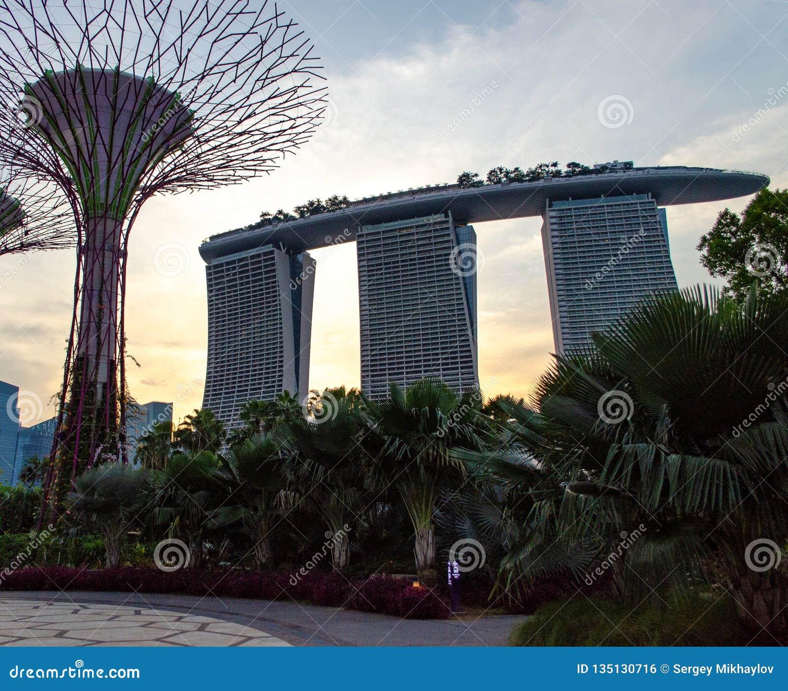 Сингапур - 28-ое апреля 2014: Марина Bai зашкурит гостиницу на заходе солнца
