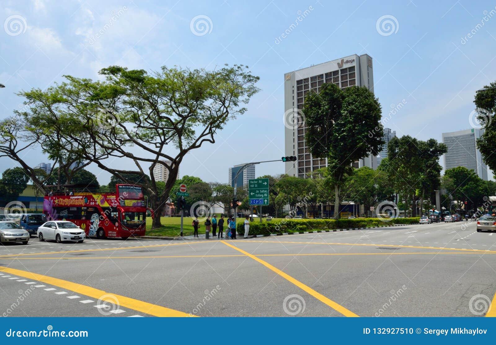 Сингапур - 28-ое апреля 2014: Пересечение дороги улицы и Ophir Виктория