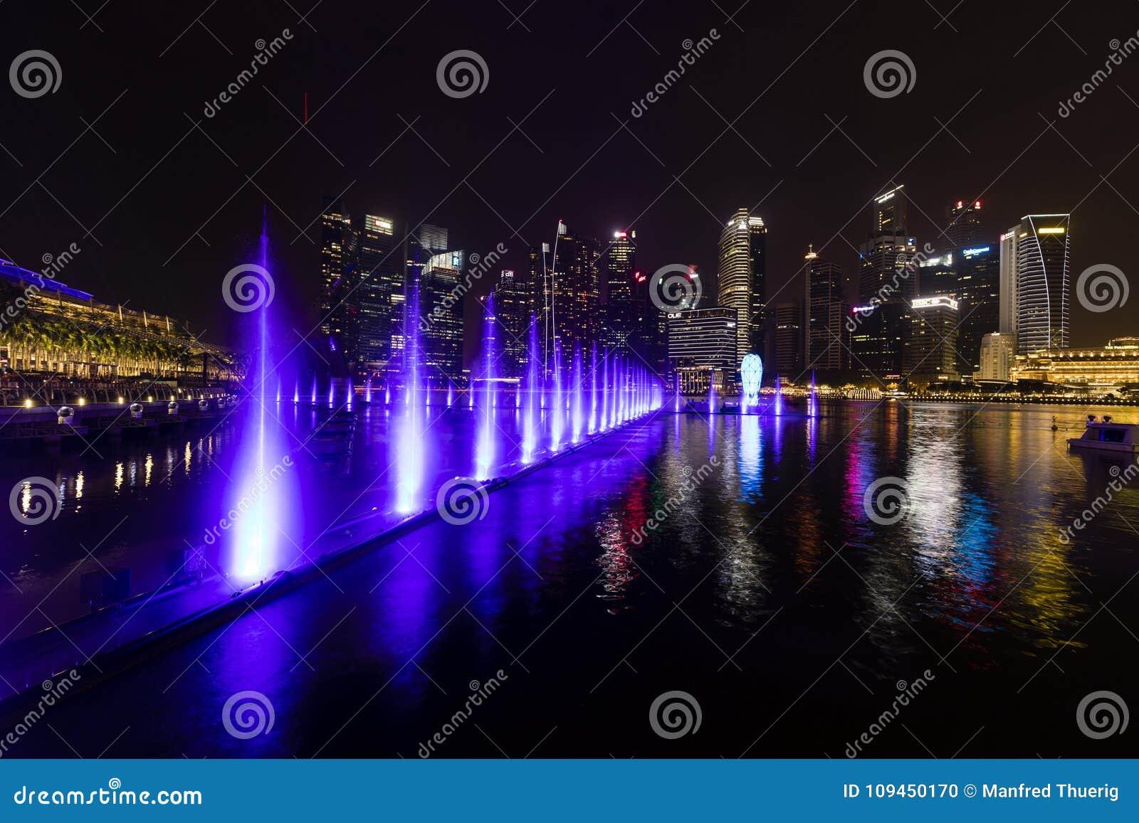 Сингапур, 15-ое декабря 2017: Красивое lightshow на заливе Марины
