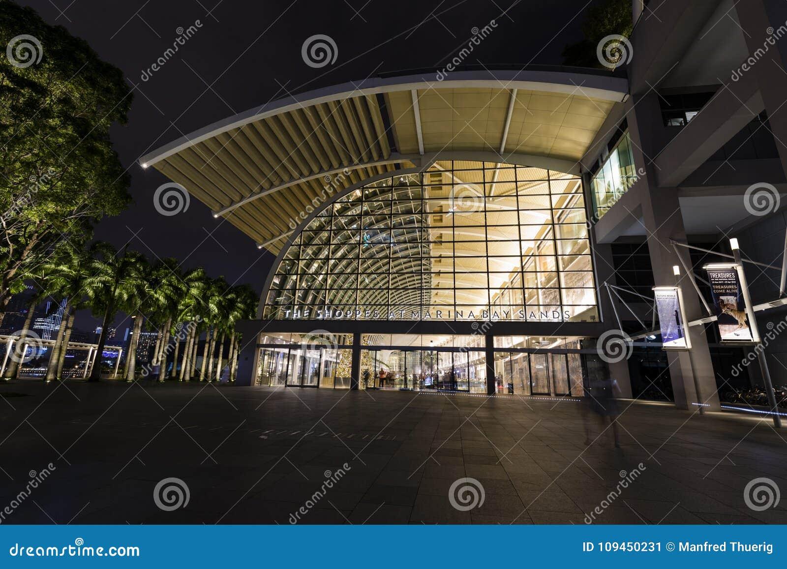 Сингапур, 10-ое декабря 2017: Shoppes на песках залива Марины в Сингапуре
