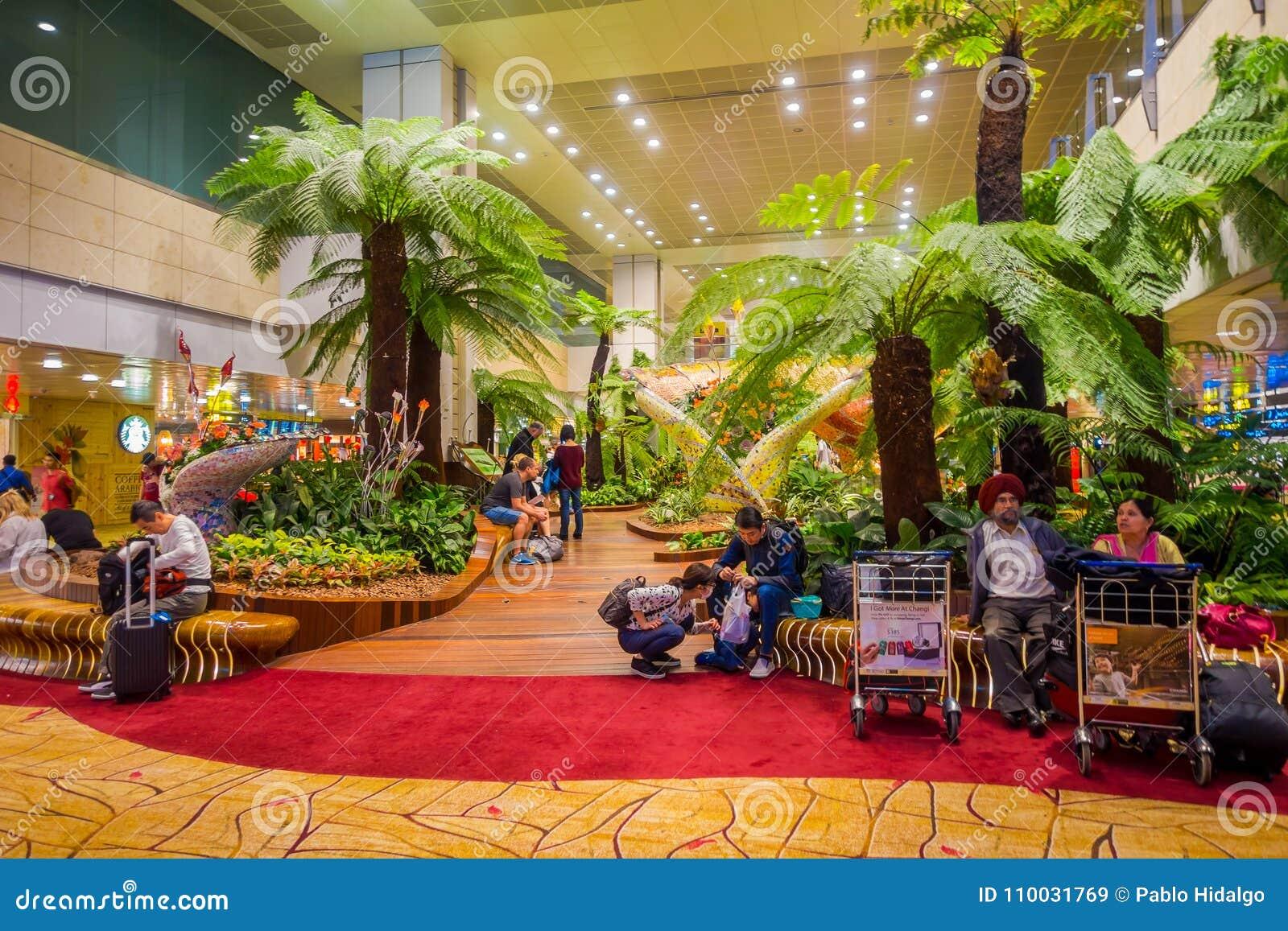 СИНГАПУР, СИНГАПУР - 30-ОЕ ЯНВАРЯ 2018: Крытый взгляд неопознанных людей сидя в стулья в малом саде с