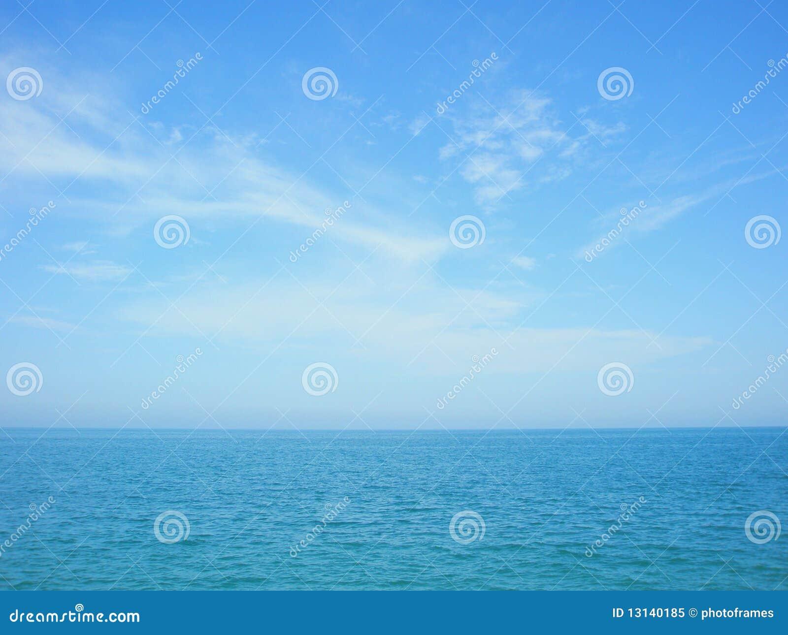 синь заволакивает небо моря горизонта