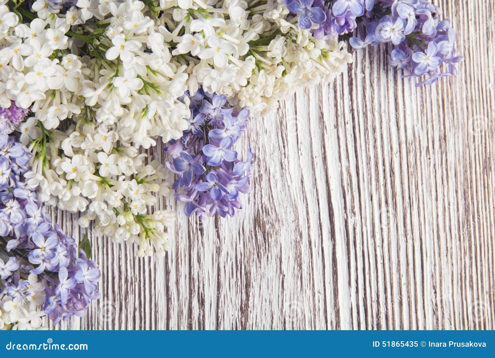 Сирень цветет букет на деревянной предпосылке планки