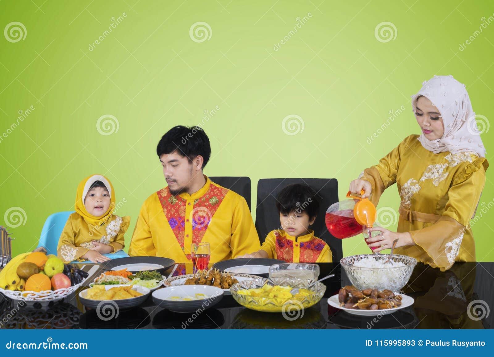 Сироп азиатской женщины лить для ее семьи