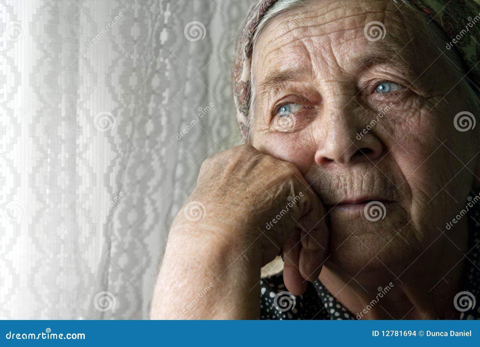 сиротливая старая задумчивая унылая старшая женщина