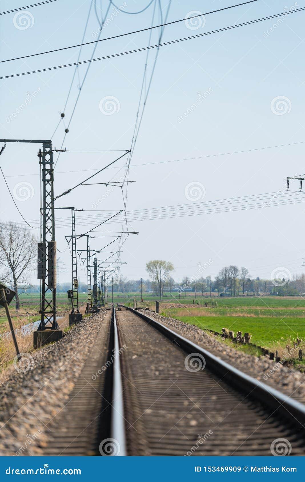 Сиротливый след поезда через сельскую местность