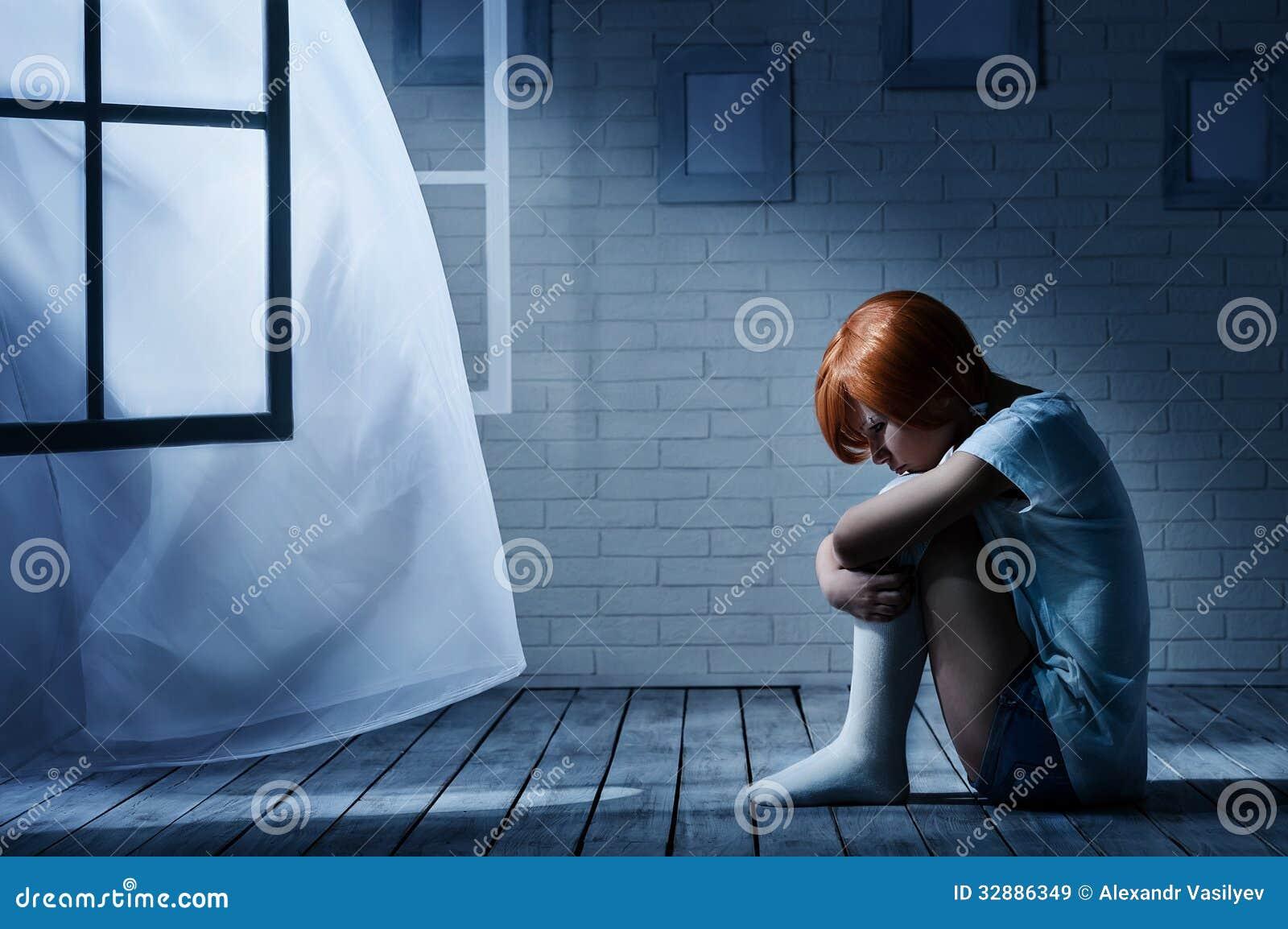 Девушка в пустой комнате фото