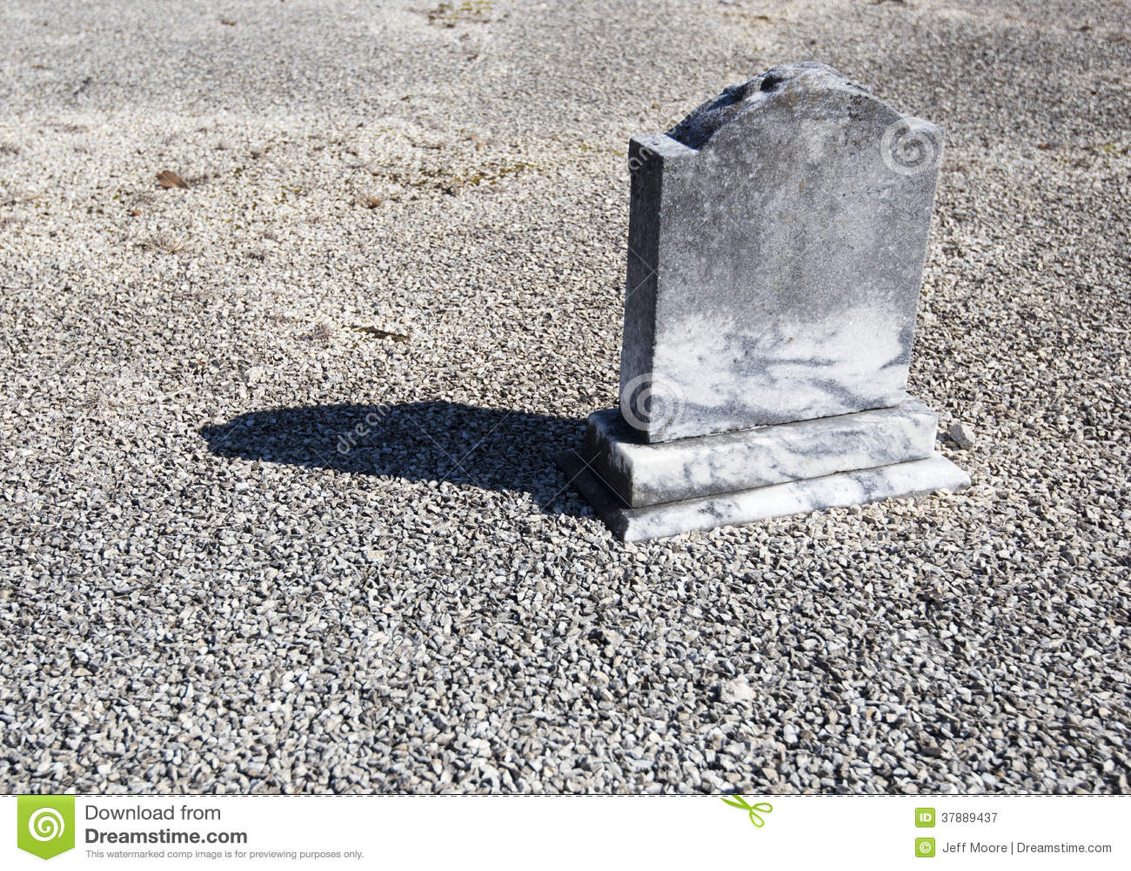 Сиротливая маленькая надгробная плита