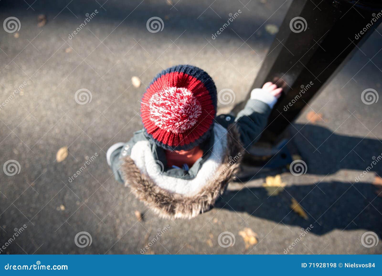 Сиротливый ребенк ждать в Central Park, Нью-Йорке