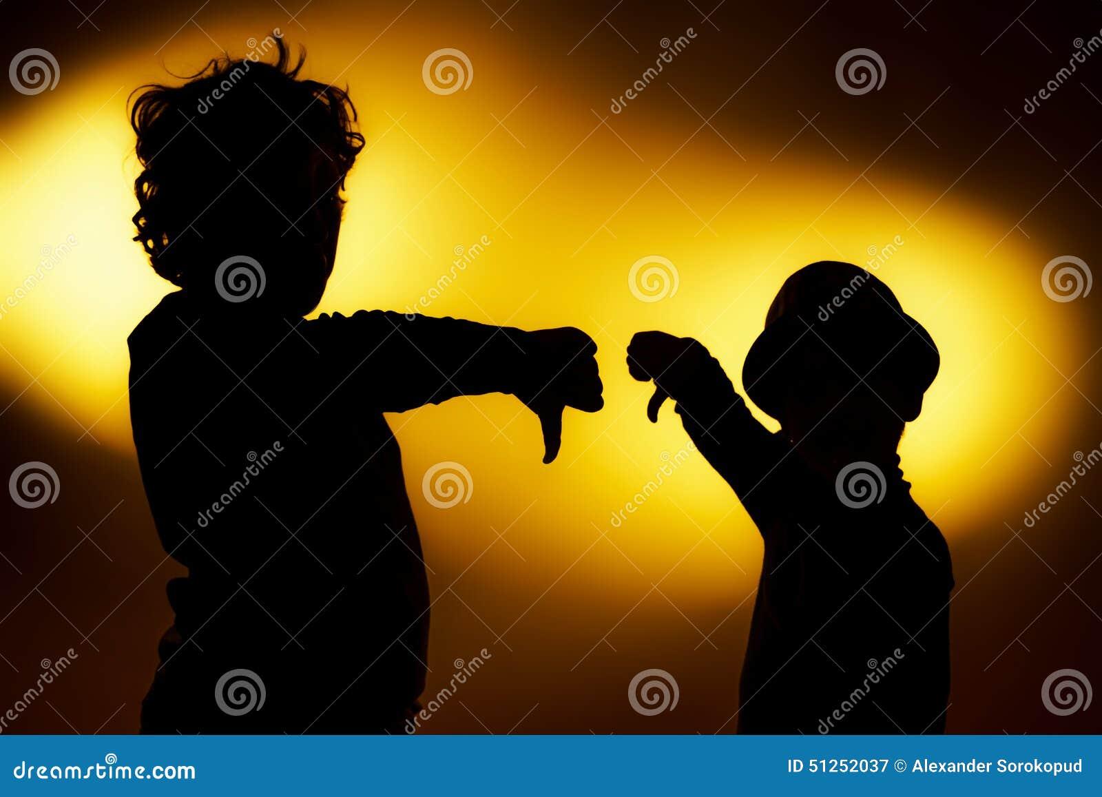 2 силуэта выразительных мальчика показывая эмоции используя gesticu