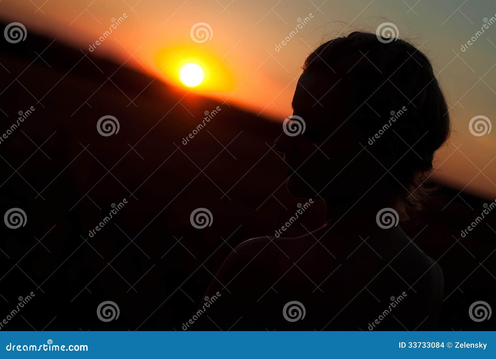 Силуэт девушки на заходе солнца