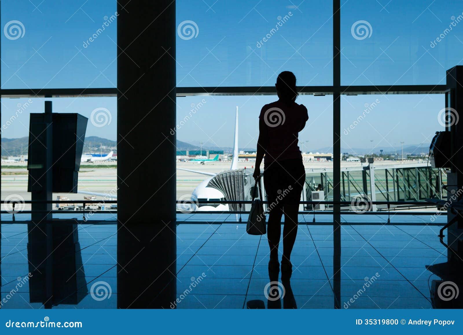 Силуэт женщин в крупном аэропорте