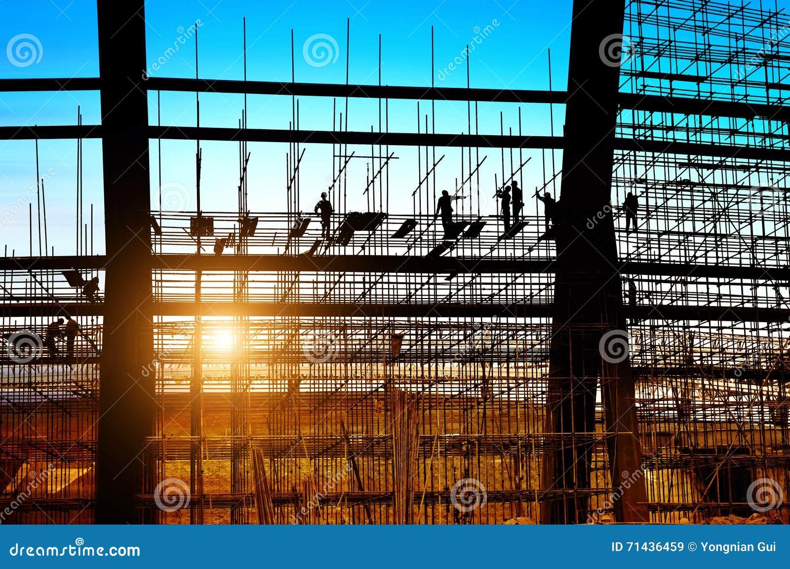 Силуэт рабочий-строителей на лесах