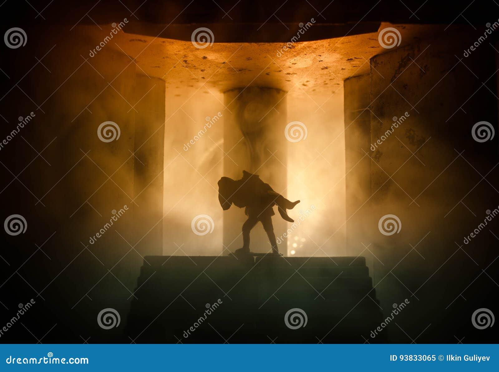 силуэт человека держа дальше к женщине Концепция спасителя спасения Избежание от огня или опасности Часы, огонь