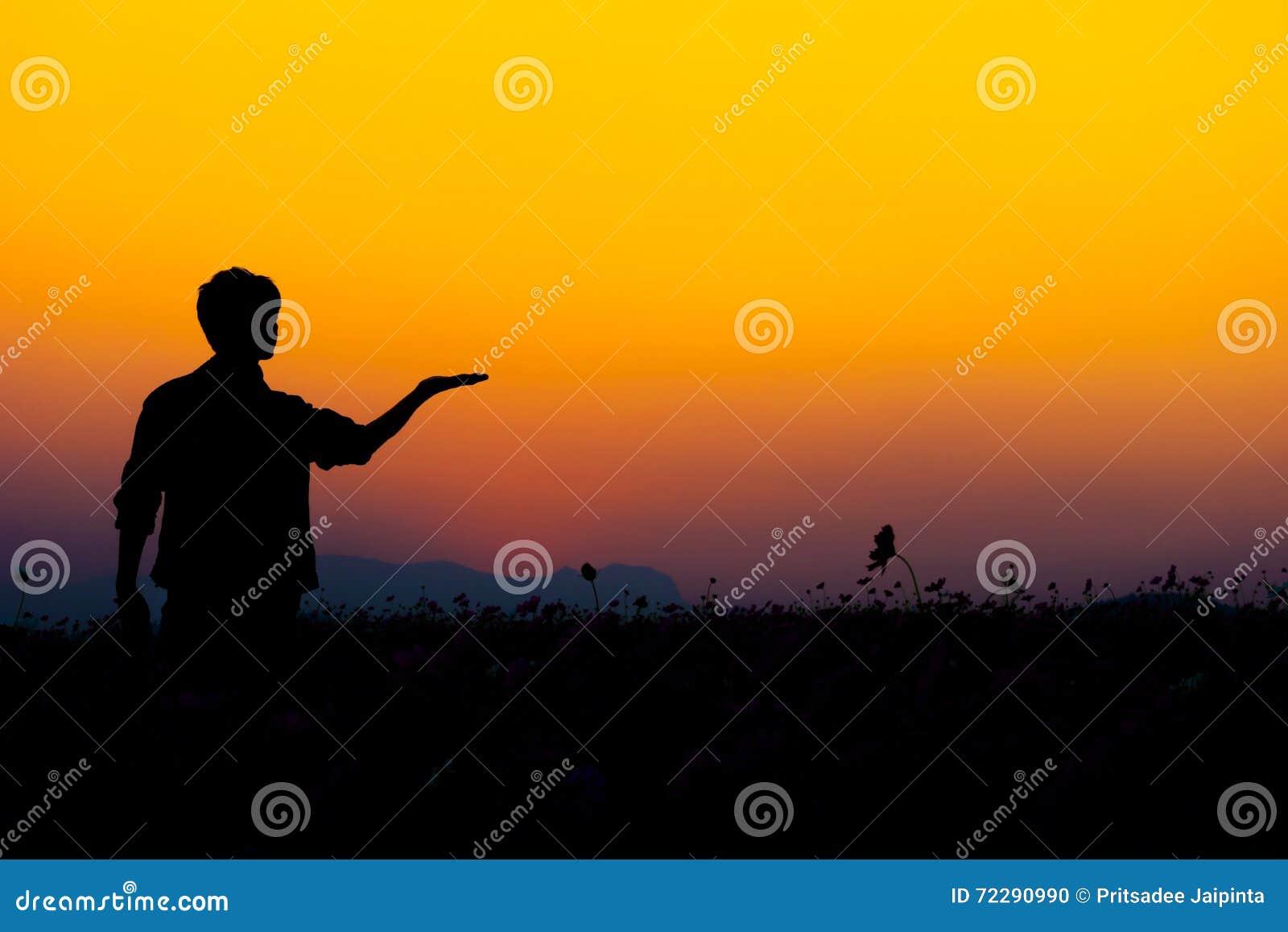 Download Силуэт человека представляя на заходе солнца Стоковое Фото - изображение насчитывающей чувственность, человек: 72290990