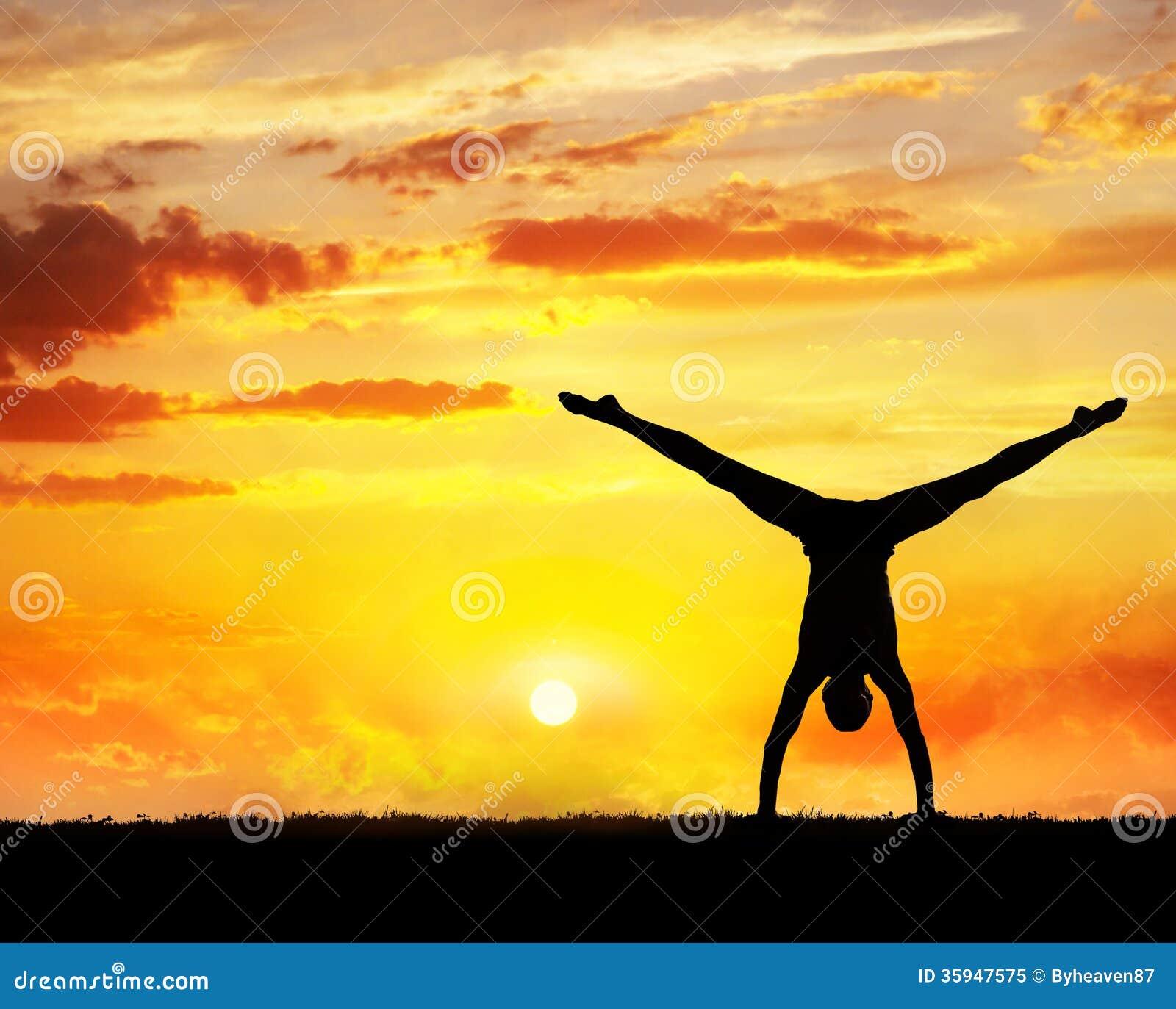 Силуэт handstand йоги